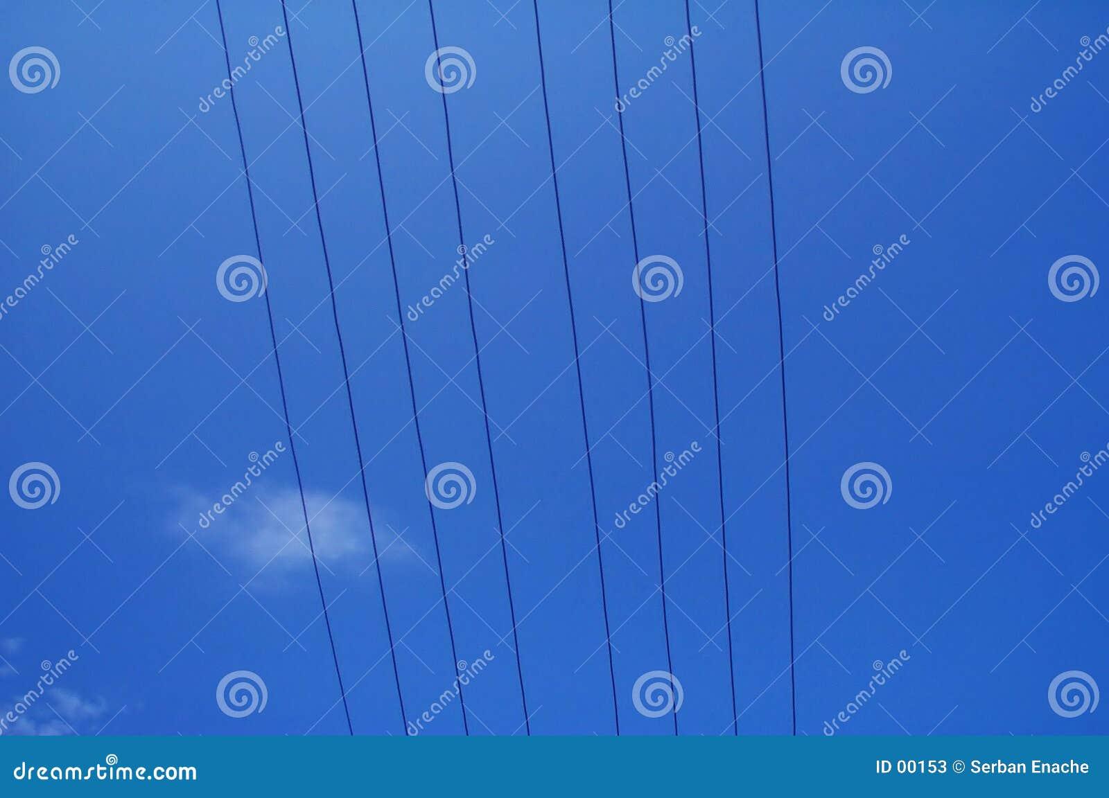 Alambres eléctricos contra el cielo azul