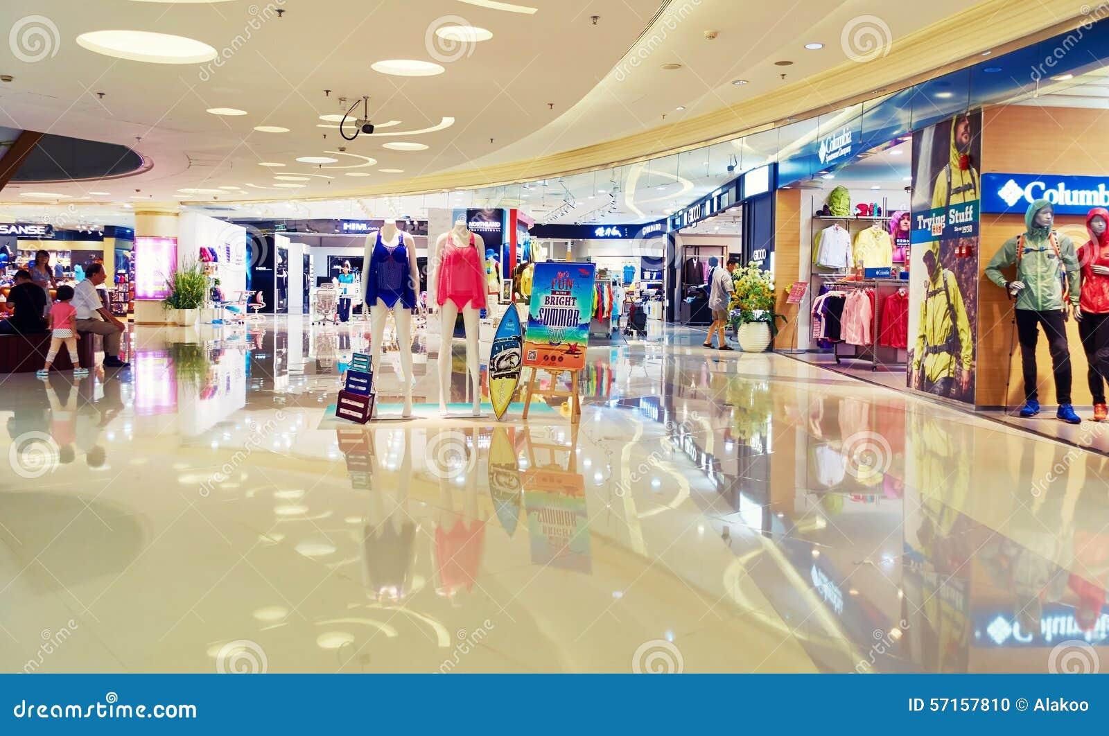 Alameda de compras moderna, interior de la alameda de compras