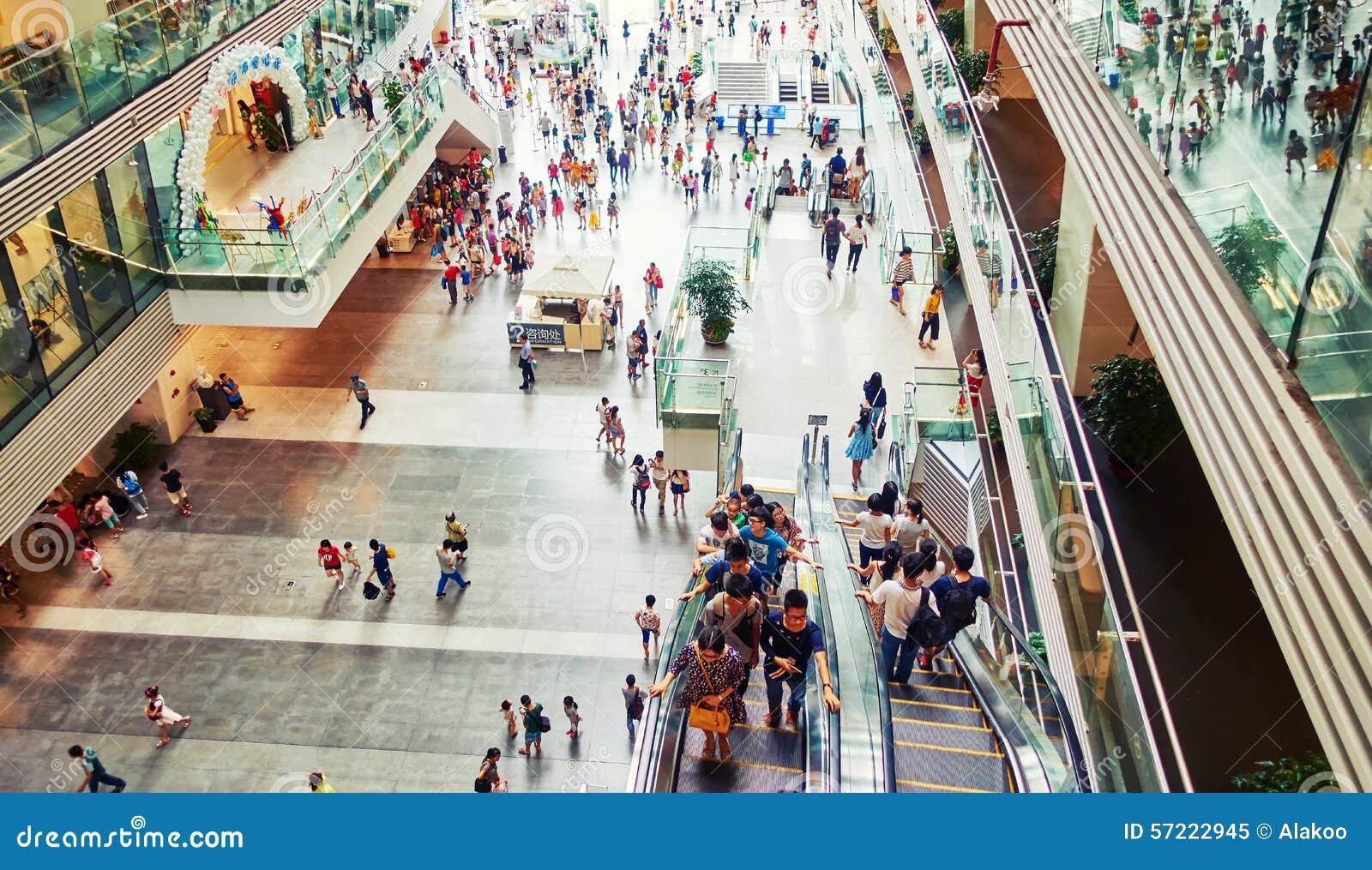 Alameda de compras ocupada interior, gente en alameda de compras