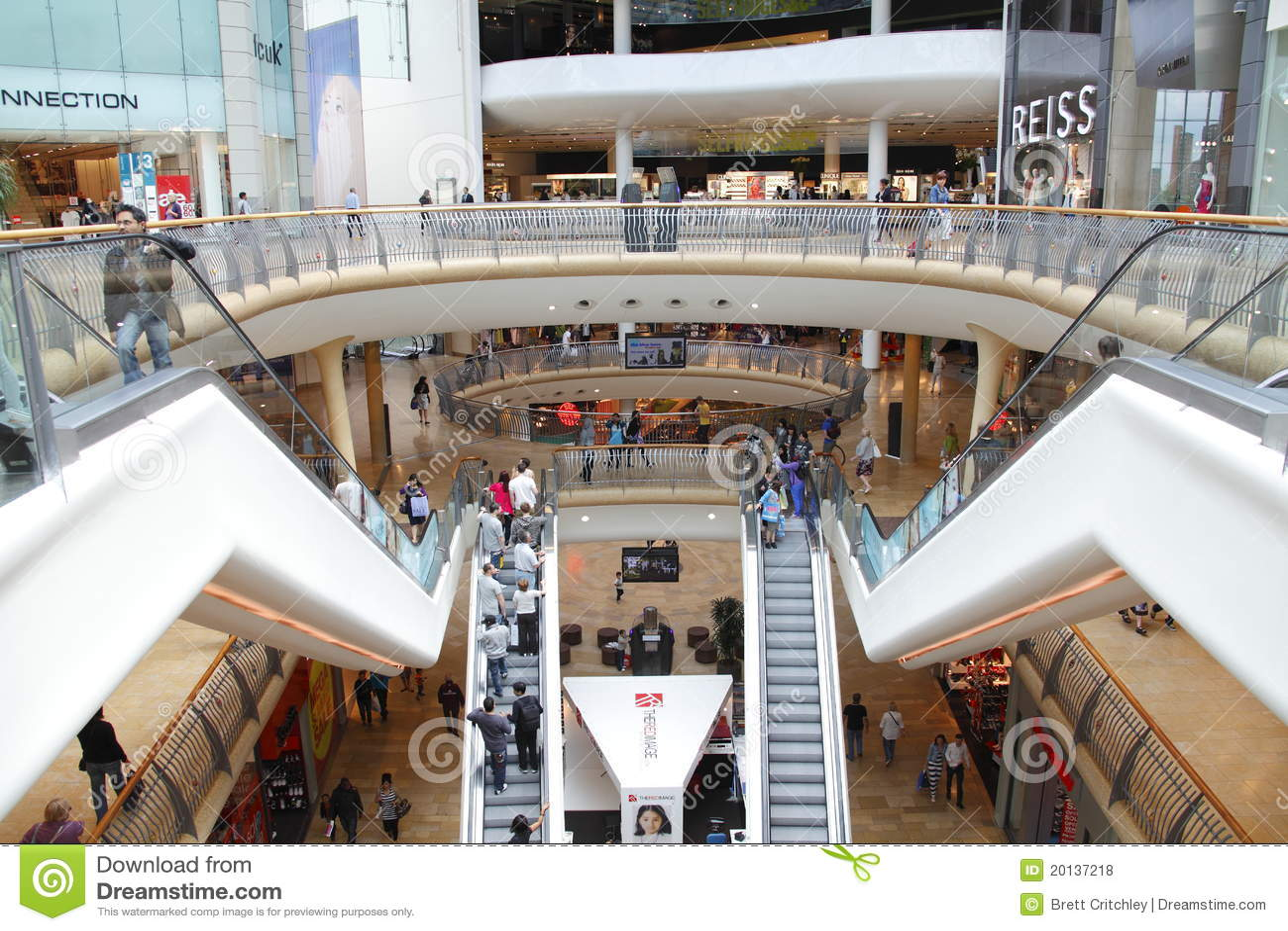 Alameda moderna del centro comercial