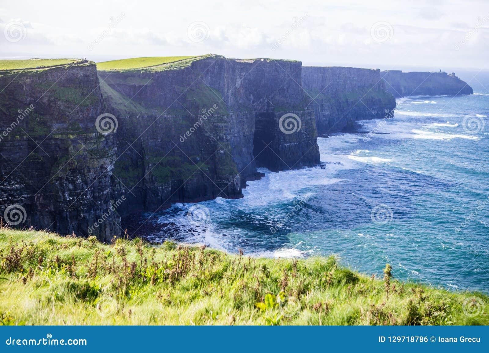 Alantic海洋的莫赫悬崖在有打击反对岩石的波浪的爱尔兰西部