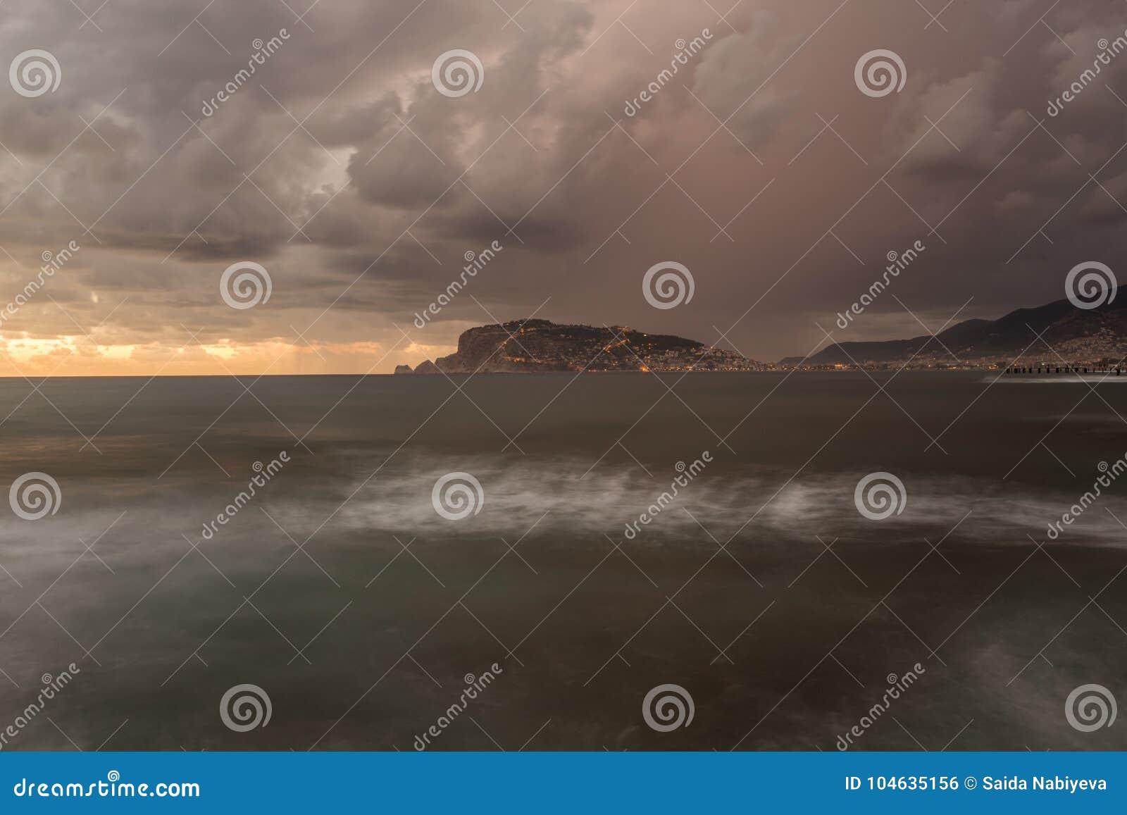 Download Alanya Castle Rock Bij Zonsondergang Lang Blootstellingszeegezicht Stock Foto - Afbeelding bestaande uit schoonheid, horizon: 104635156