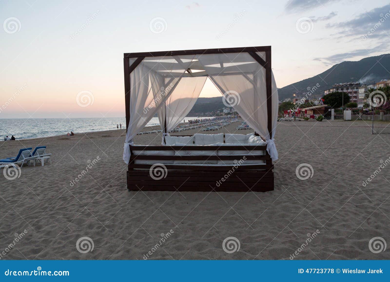 Bett Mit Vier Plakaten Durch Das Meer Stockfotografie - Bild: 6250052 Himmelbetten Fur Draussen