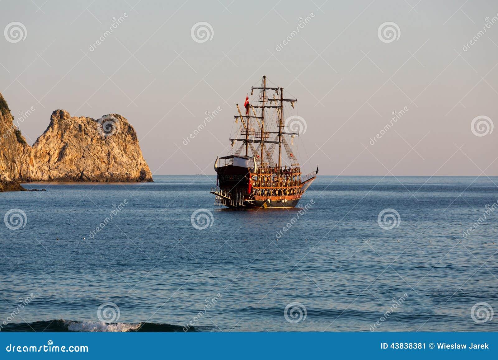 Alanya le bateau de pirate la plage de cl op tre image - Photo de bateau pirate ...