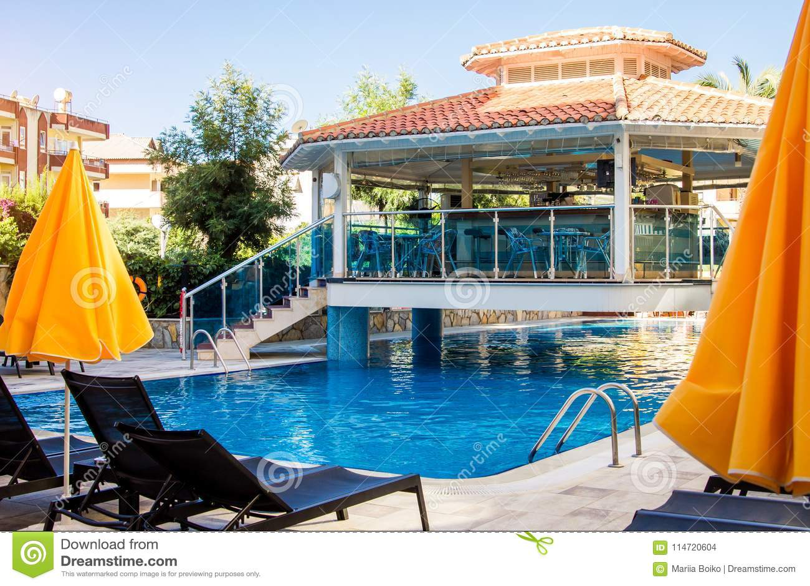 Alanya, Turquia, o 8 de setembro Bar do hotel situado sobre a piscina Girassol da casa de campo Conceito das férias de verão