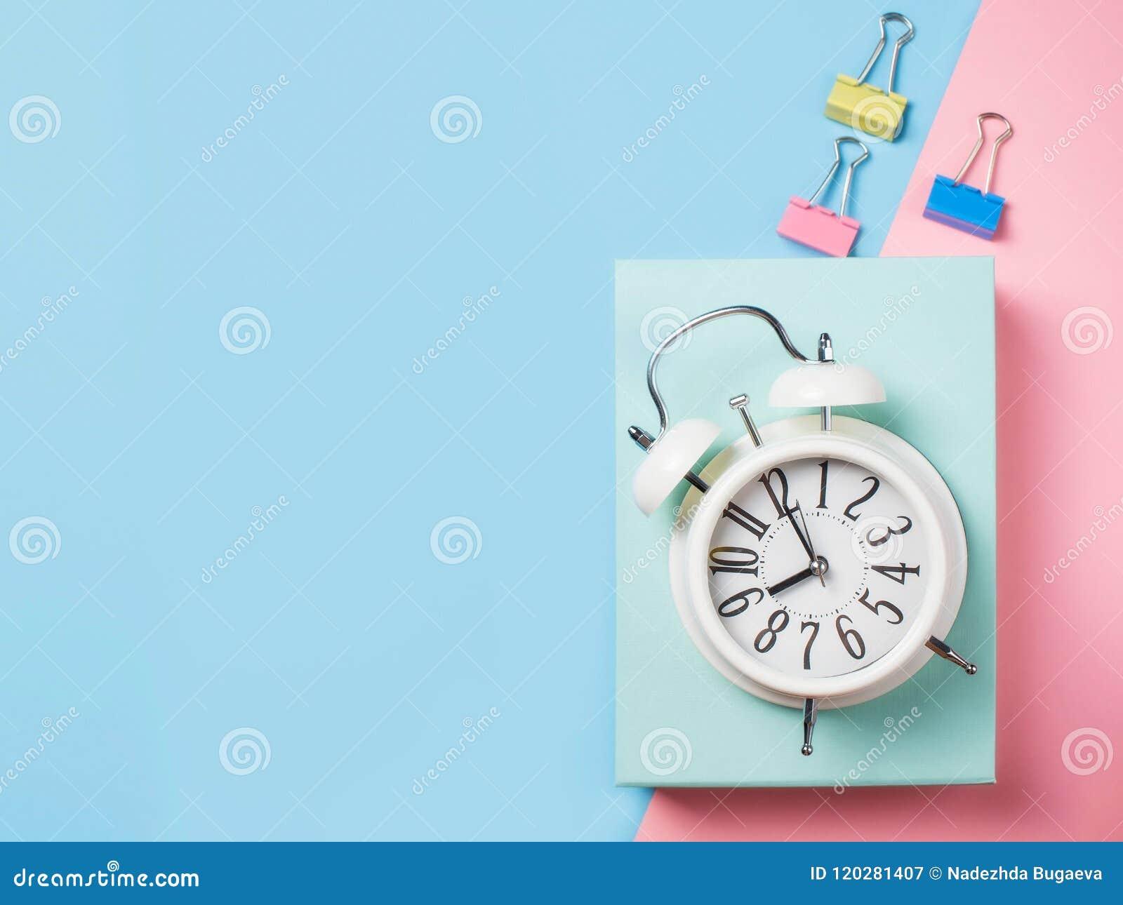 Alarma con las fuentes en fondo del bloque del color Minimalismo en colores pastel