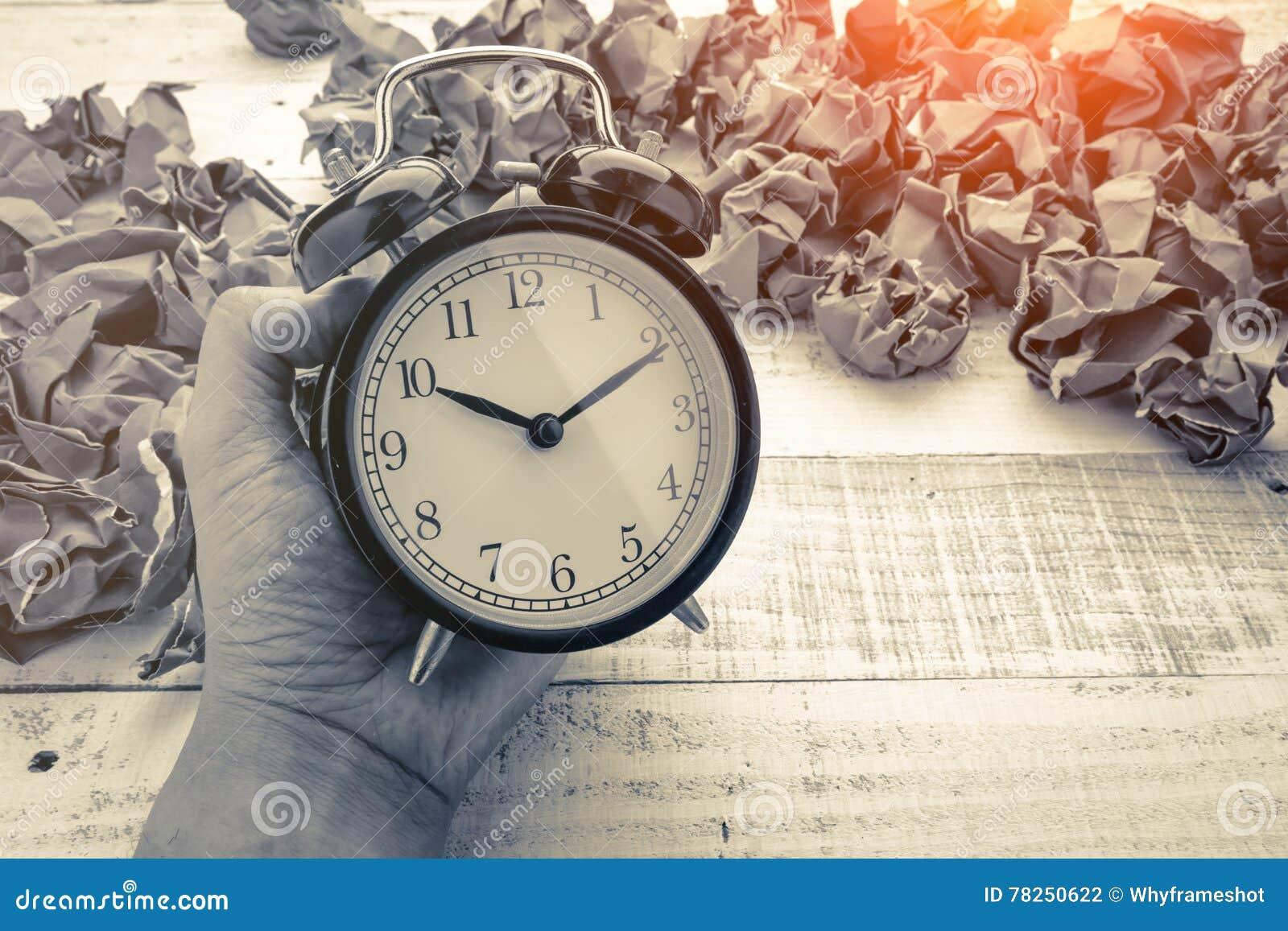 Alarmclock με την έννοια επιχειρησιακών ιδεών σφαιρών εγγράφου απορριμμάτων