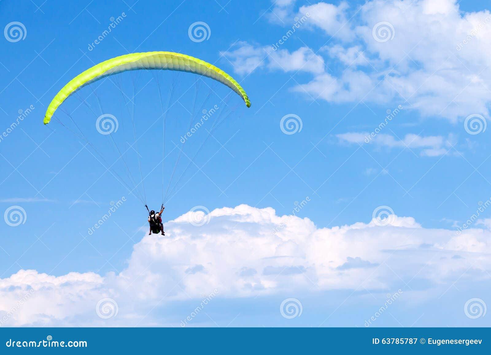 Alas flexibles en cielo azul con las nubes, en tándem