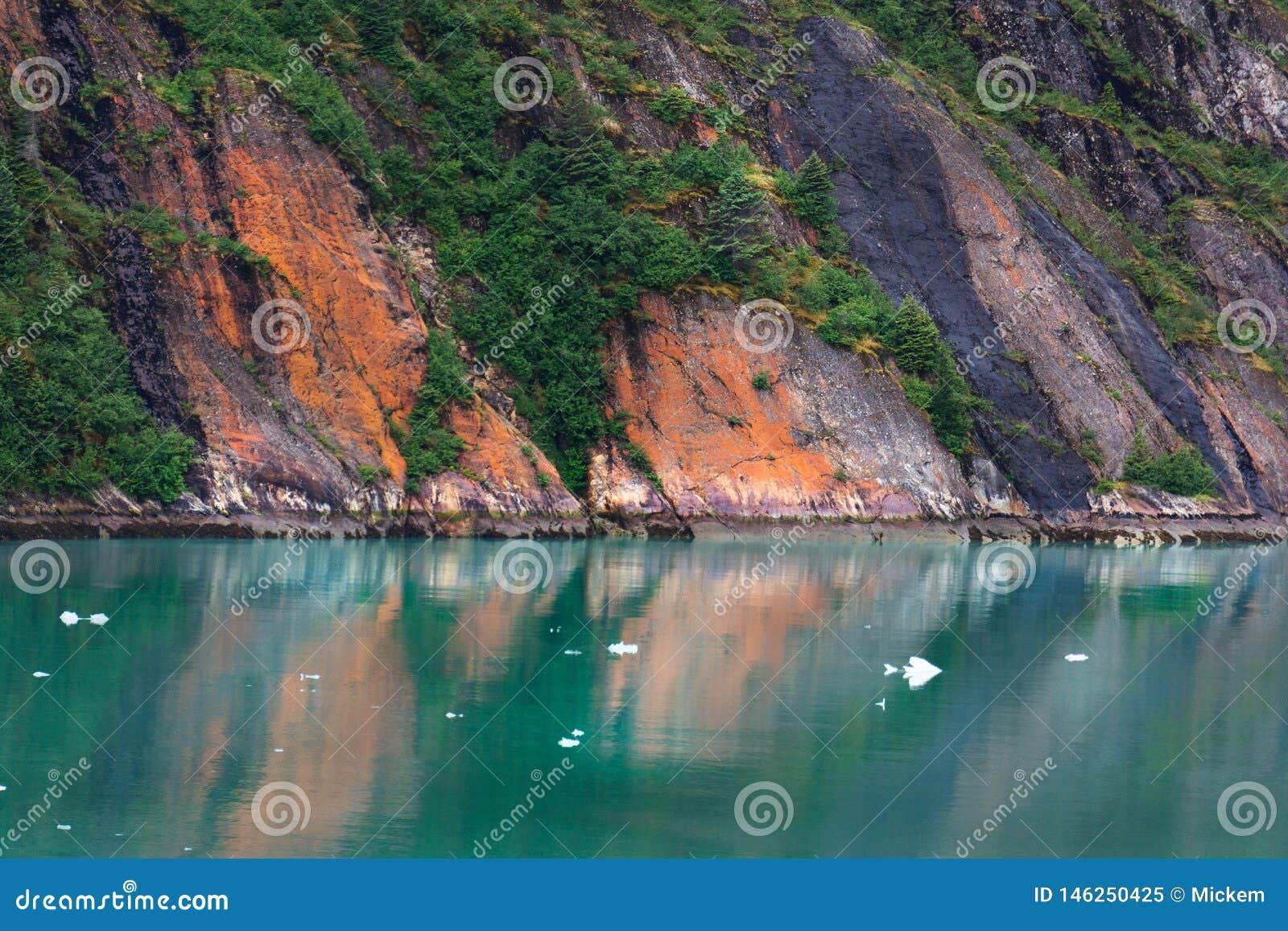 Alaska Wśrodku przejście falez i spokój wody
