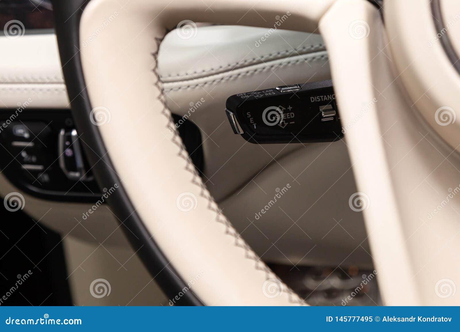 A alavanca do deslocamento para ajustar a velocidade autom?tica da cruise control dentro do close-up do carro situado perto do vo