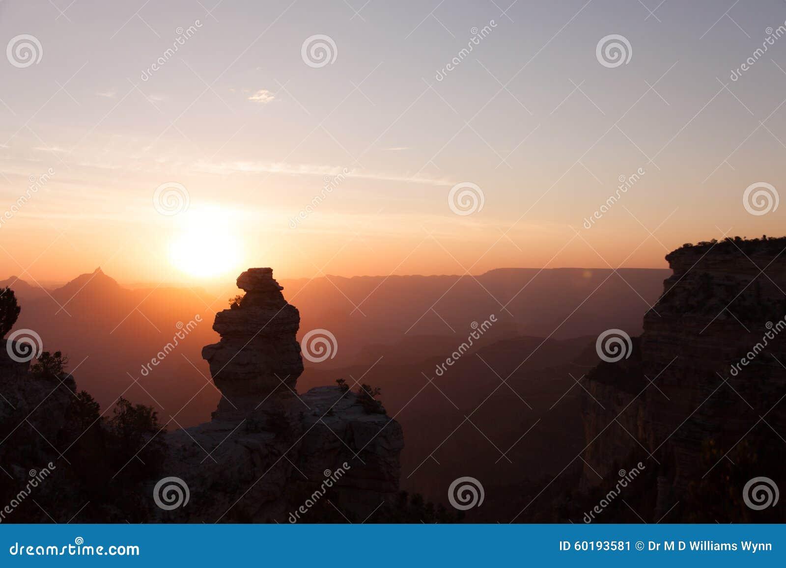 Alba con un anatra su una roccia