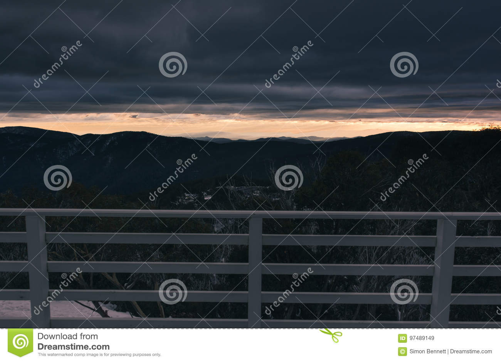 Alba di mattina sopra le montagne distanti dal balcon della casetta dello sci