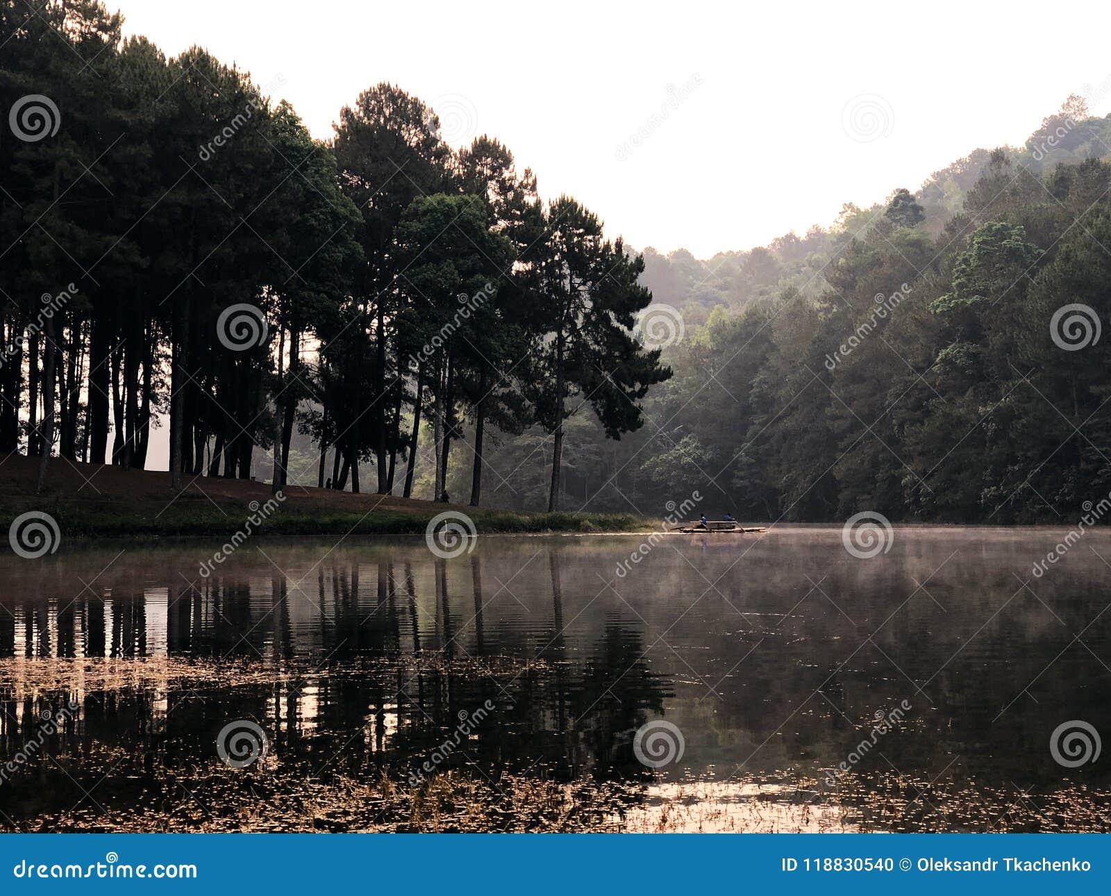 Alba e foschia in bello lago in Tailandia del nord