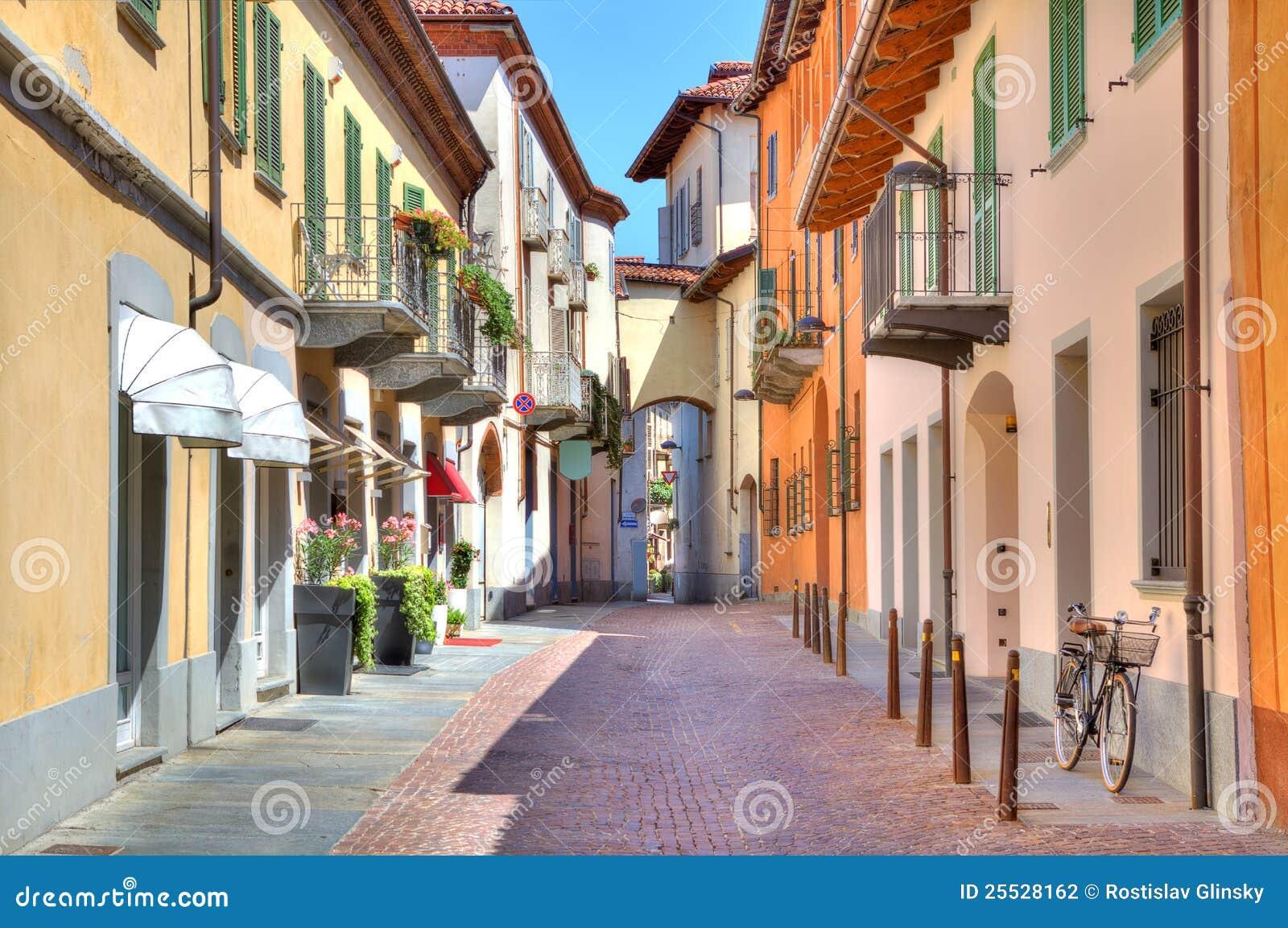 Alba färgrik italy nordlig gammal gata