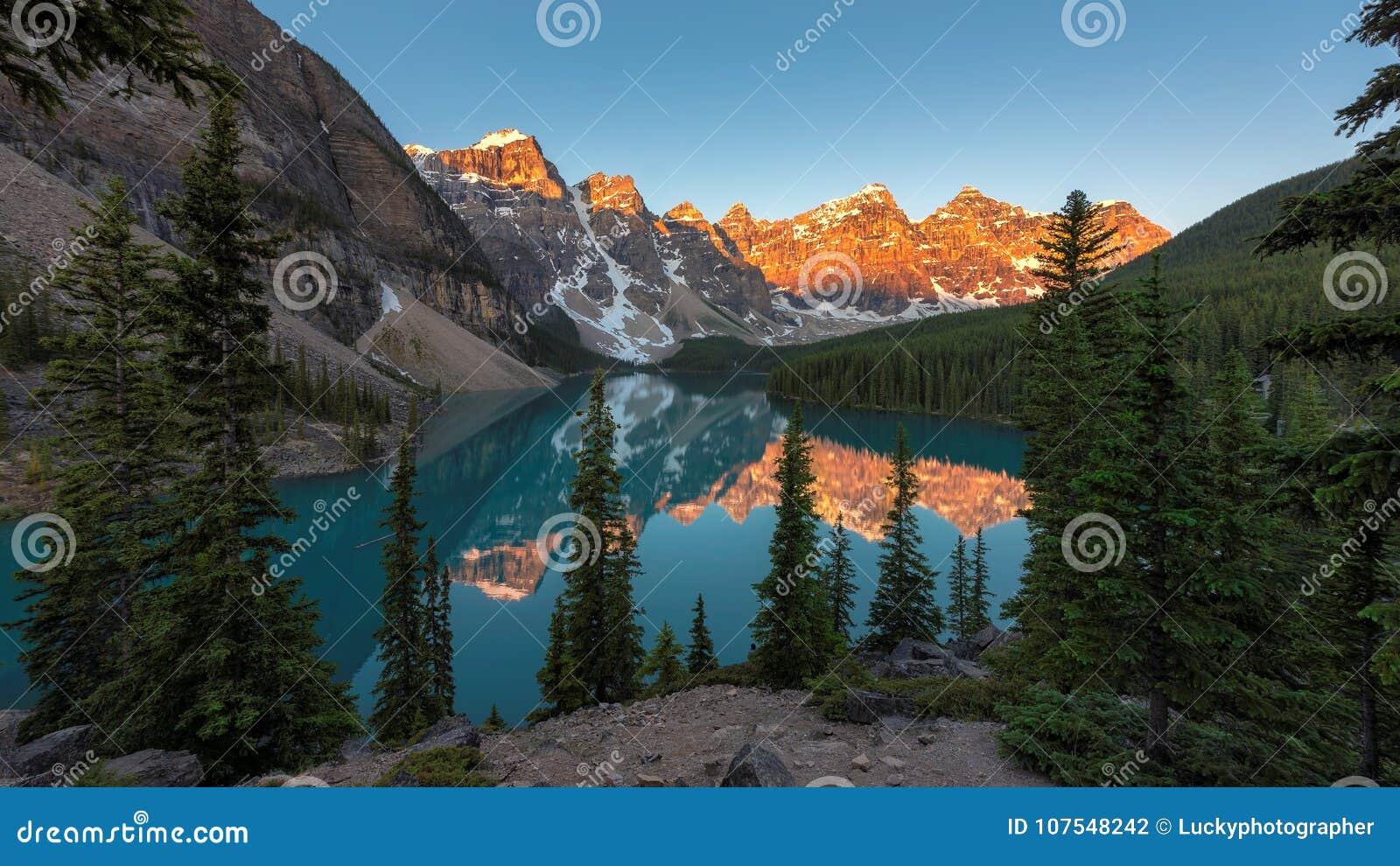 Alba nel lago moraine in canadese parco nazionale di Montagne Rocciose, Banff, Canada