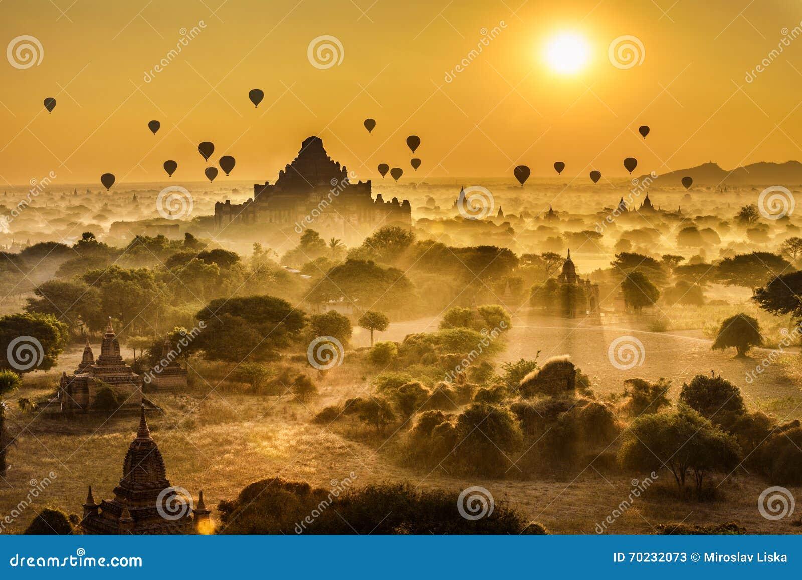 Alba scenica sopra Bagan nel Myanmar