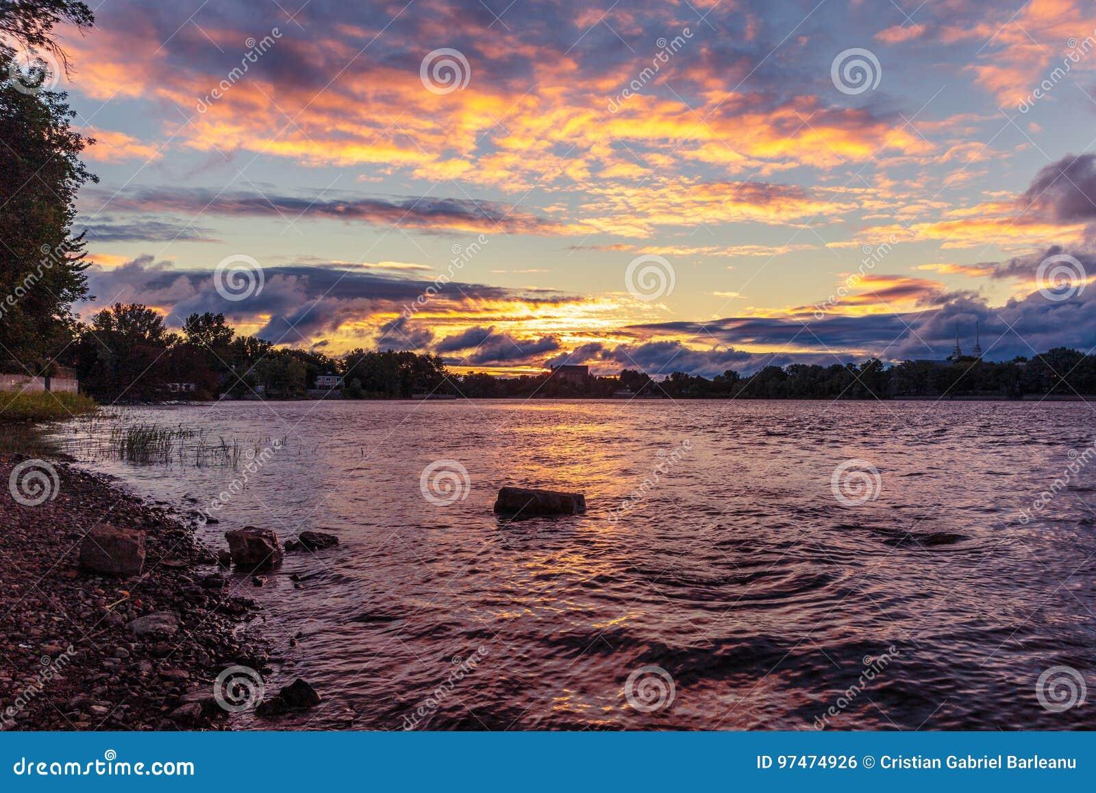 Alba sopra il fiume