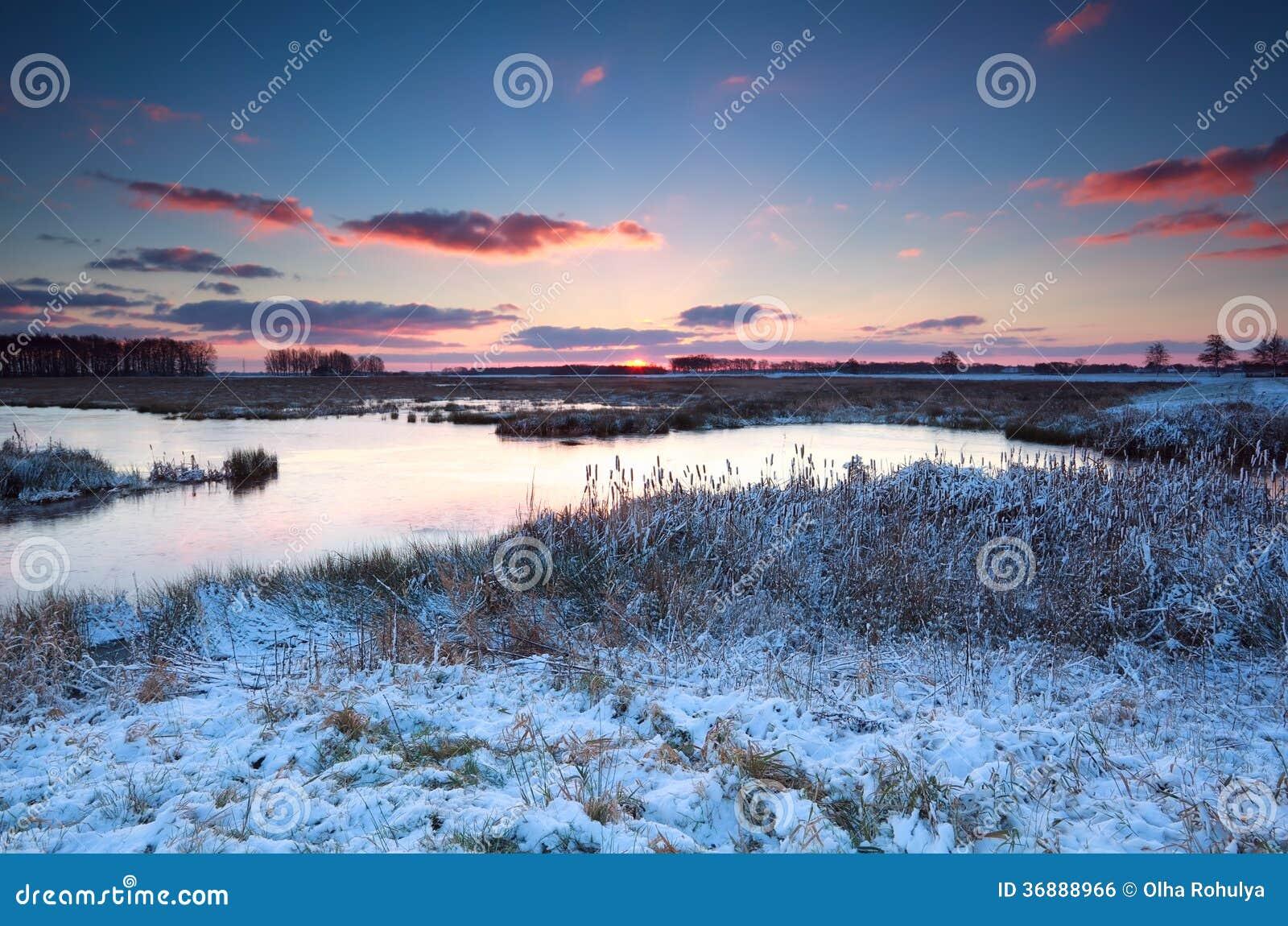 Download Alba Sopra Il Fiume Nell'inverno Fotografia Stock - Immagine di paesaggio, lago: 36888966
