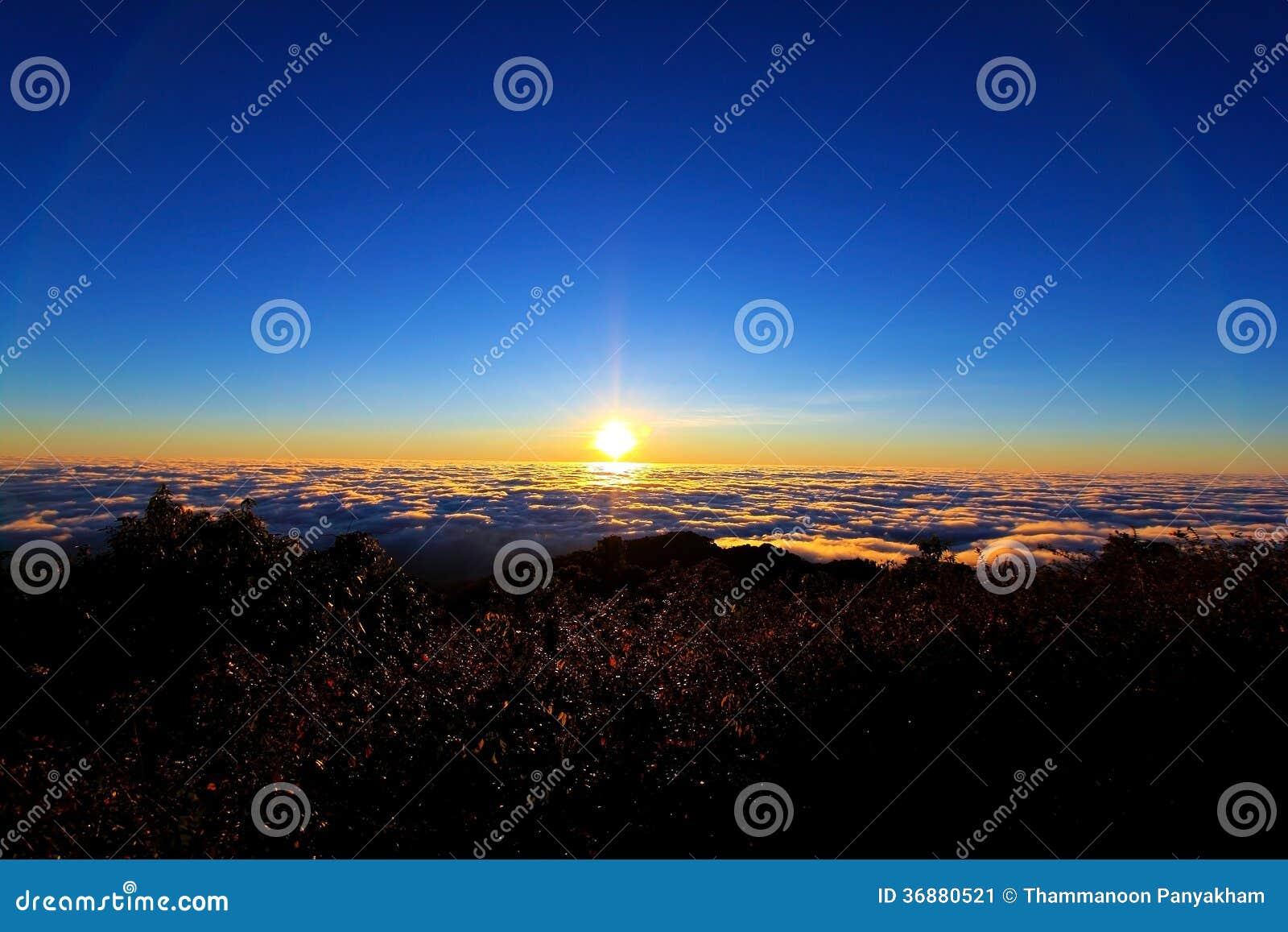 Download Alba sopra il mare di nubi immagine stock. Immagine di nave - 36880521