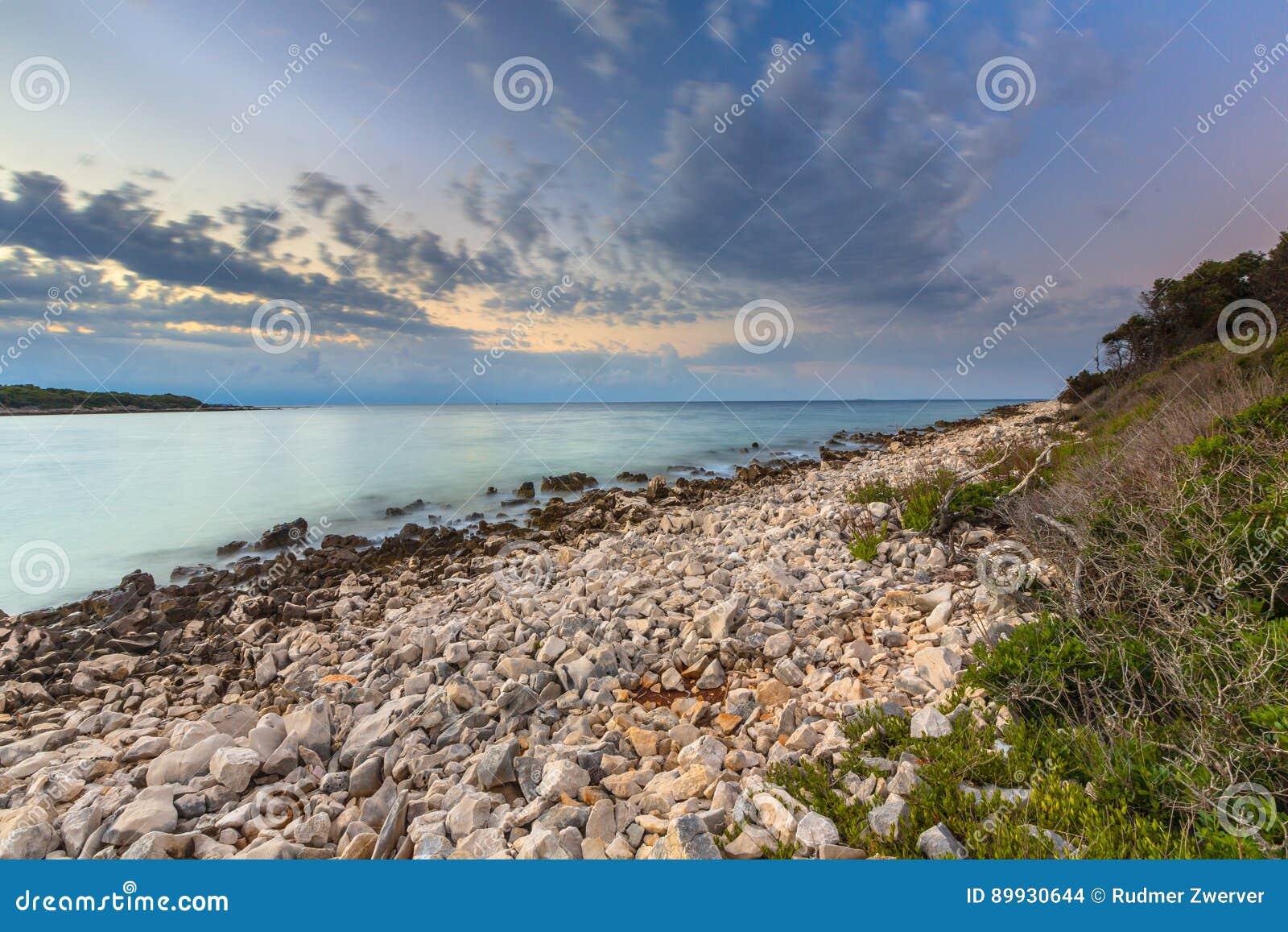 Alba sopra la costa rocciosa su Cres