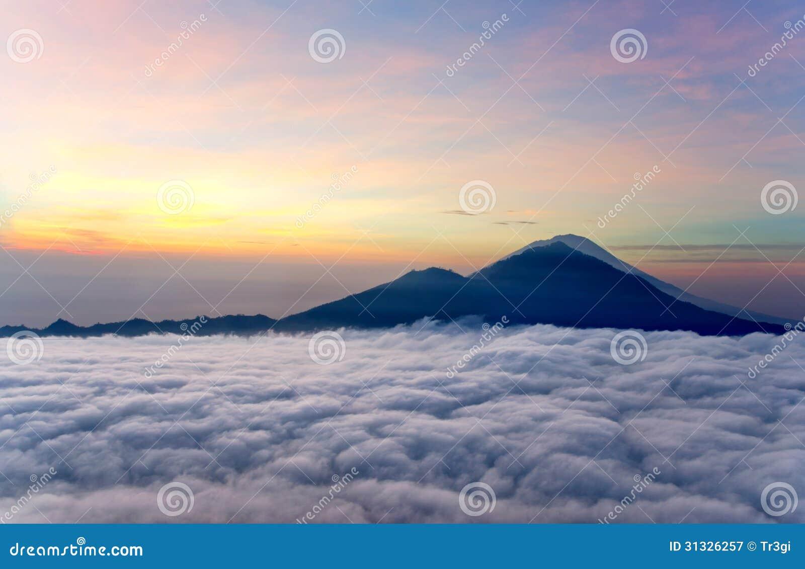 Alba sopra le nuvole con una vista del vulcano della for Aprire le planimetrie con una vista