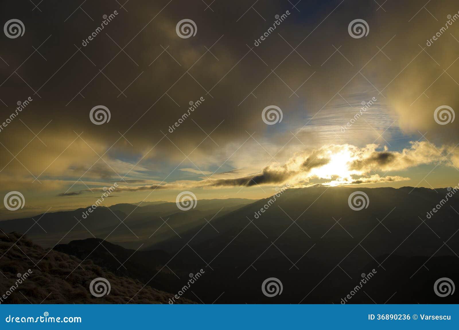 Download Alba Sulla Cresta Della Montagna Fotografia Stock - Immagine di mattina, picco: 36890236