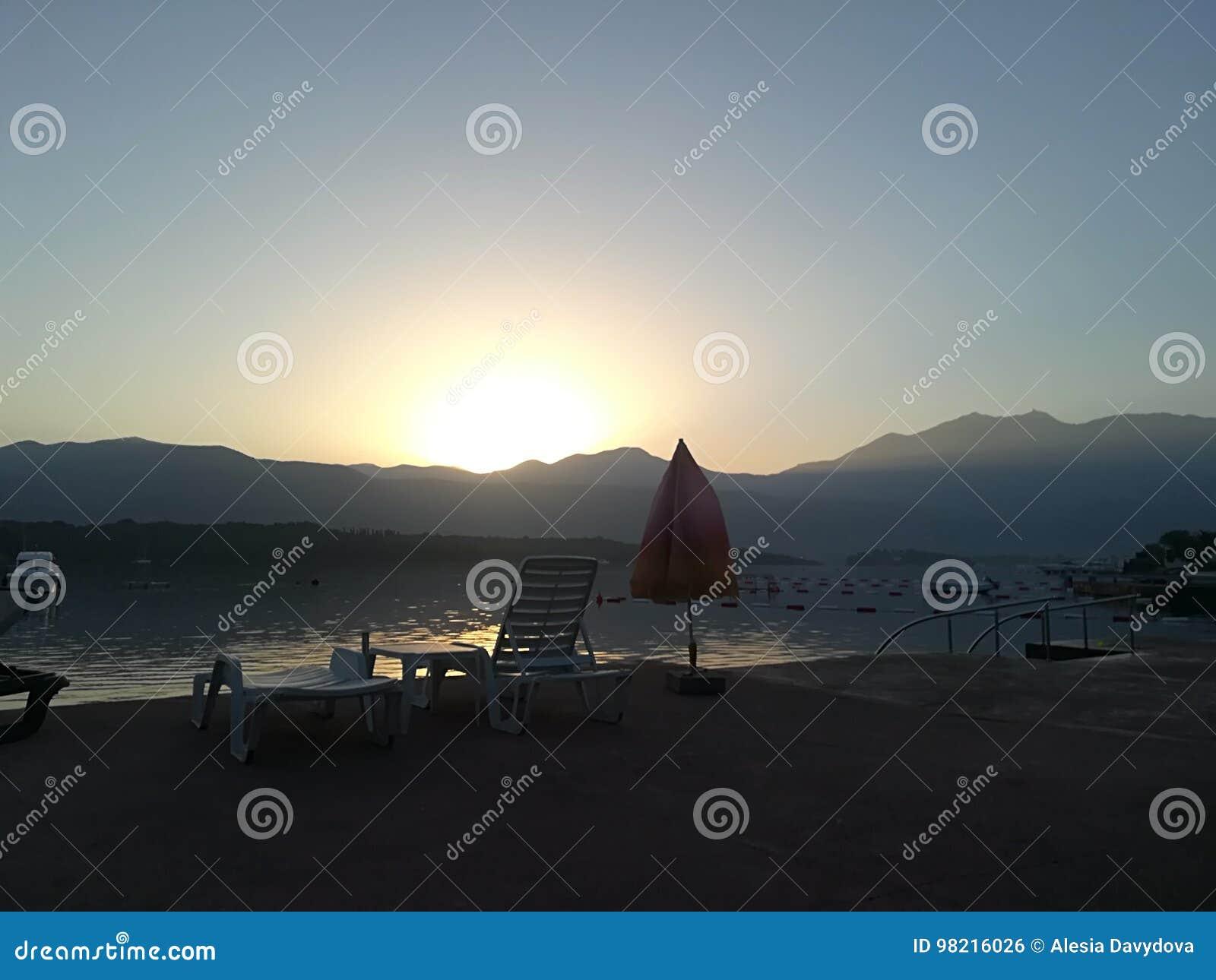 Alba Variopinta Sulla Spiaggia Contro Lo Sfondo Del Mare E Delle