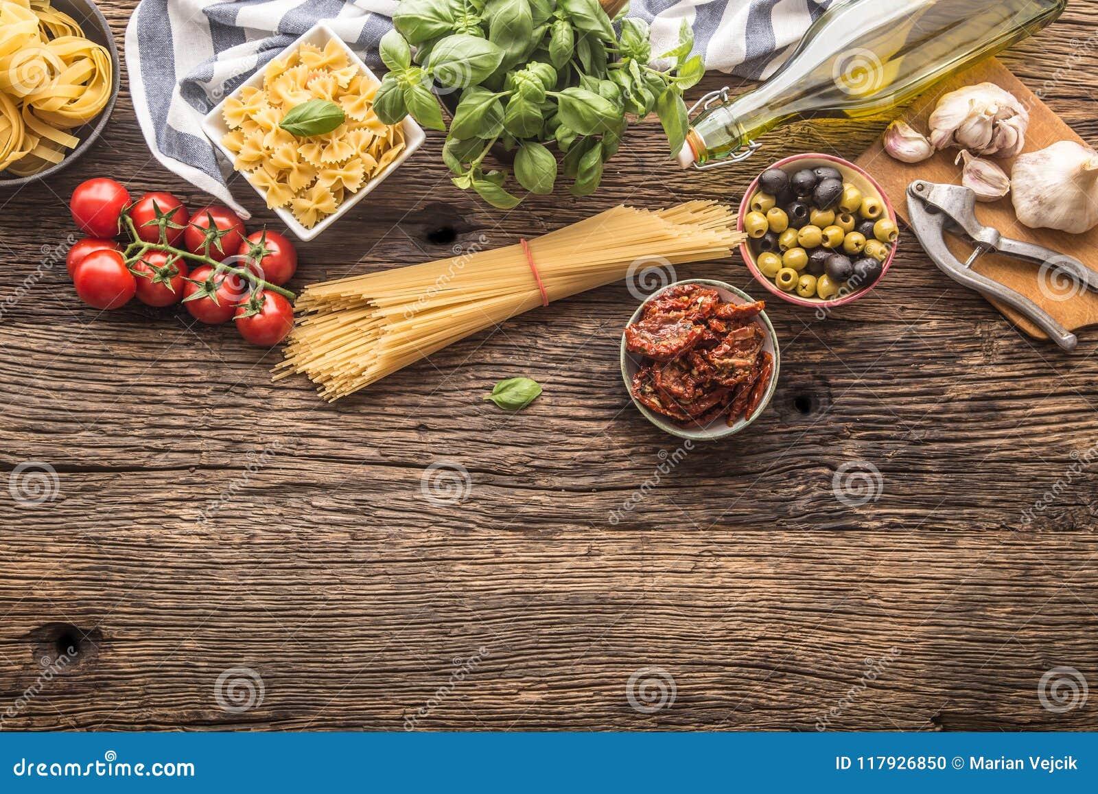 Albahaca italiana g del queso parmesano del aceite de oliva de las pastas de los ingredientes alimentarios