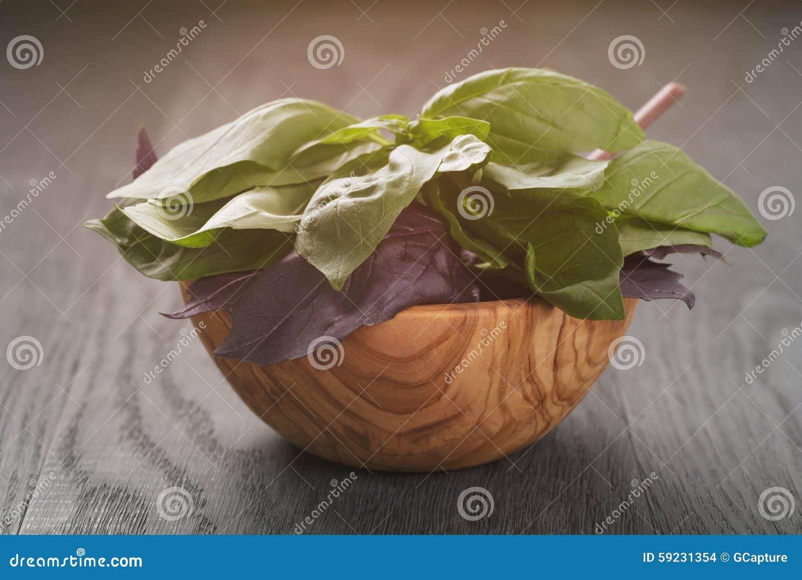 Download Albahaca Verde Y Violeta Fresca En Cuenco De Madera Encendido Foto de archivo - Imagen de dieta, verde: 59231354