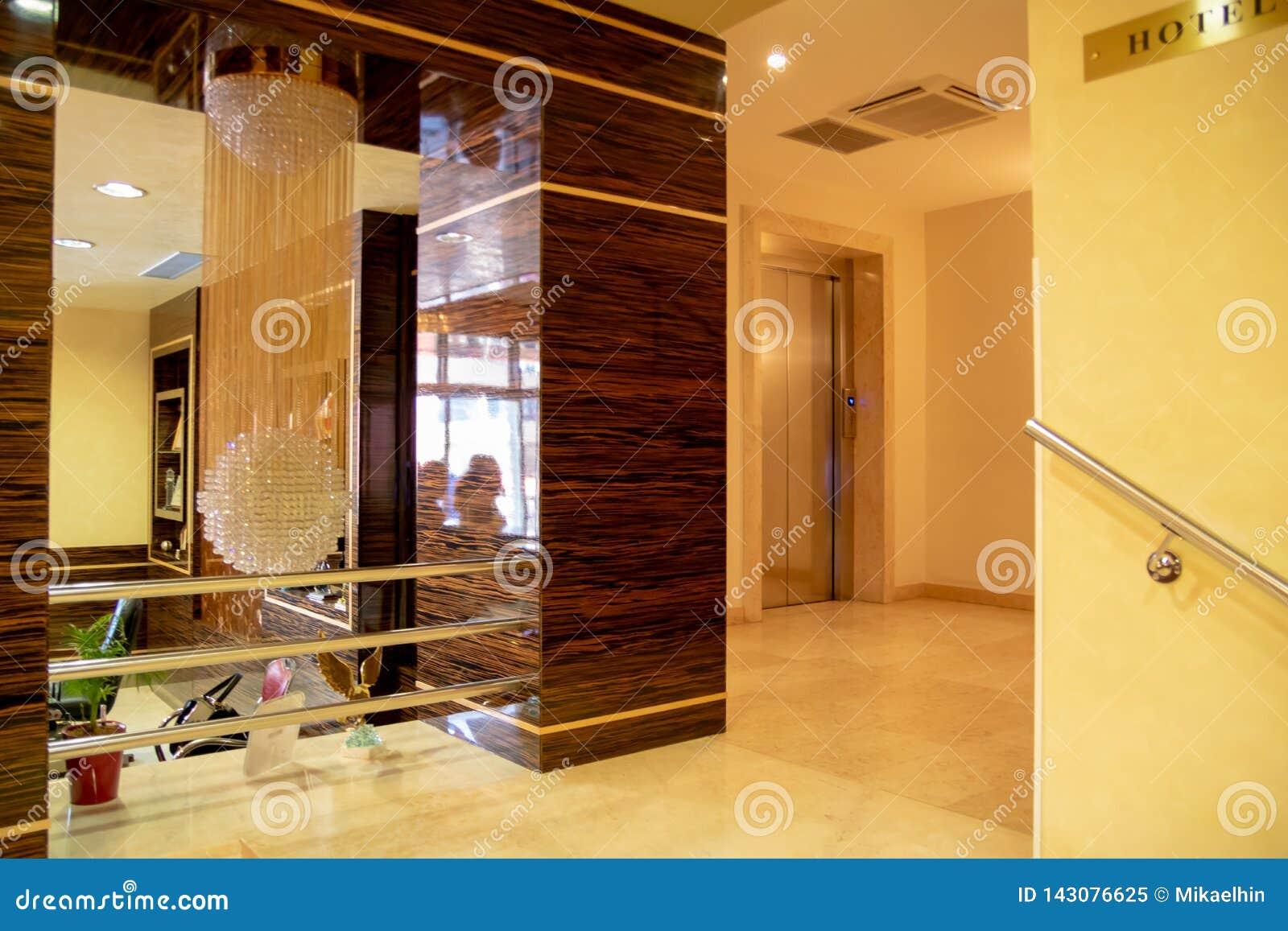 ALBANIEN FIER - FEBRUARI 2, 2015: Lyxig lobbyinre, hotell Fieri