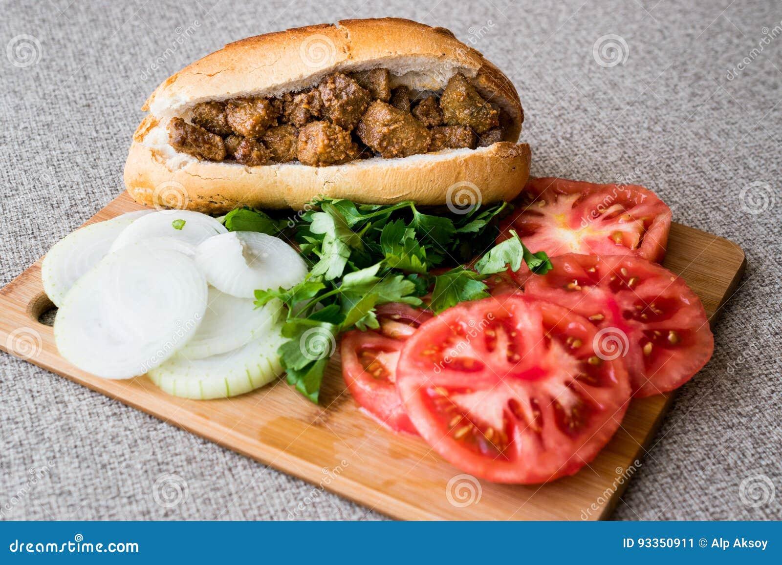Albansk leversmörgås med tomater och lökar/Arnavut Cigeri