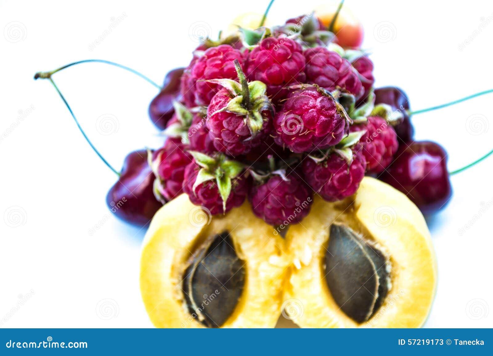 Albaricoques, cerezas dulces y frambuesas