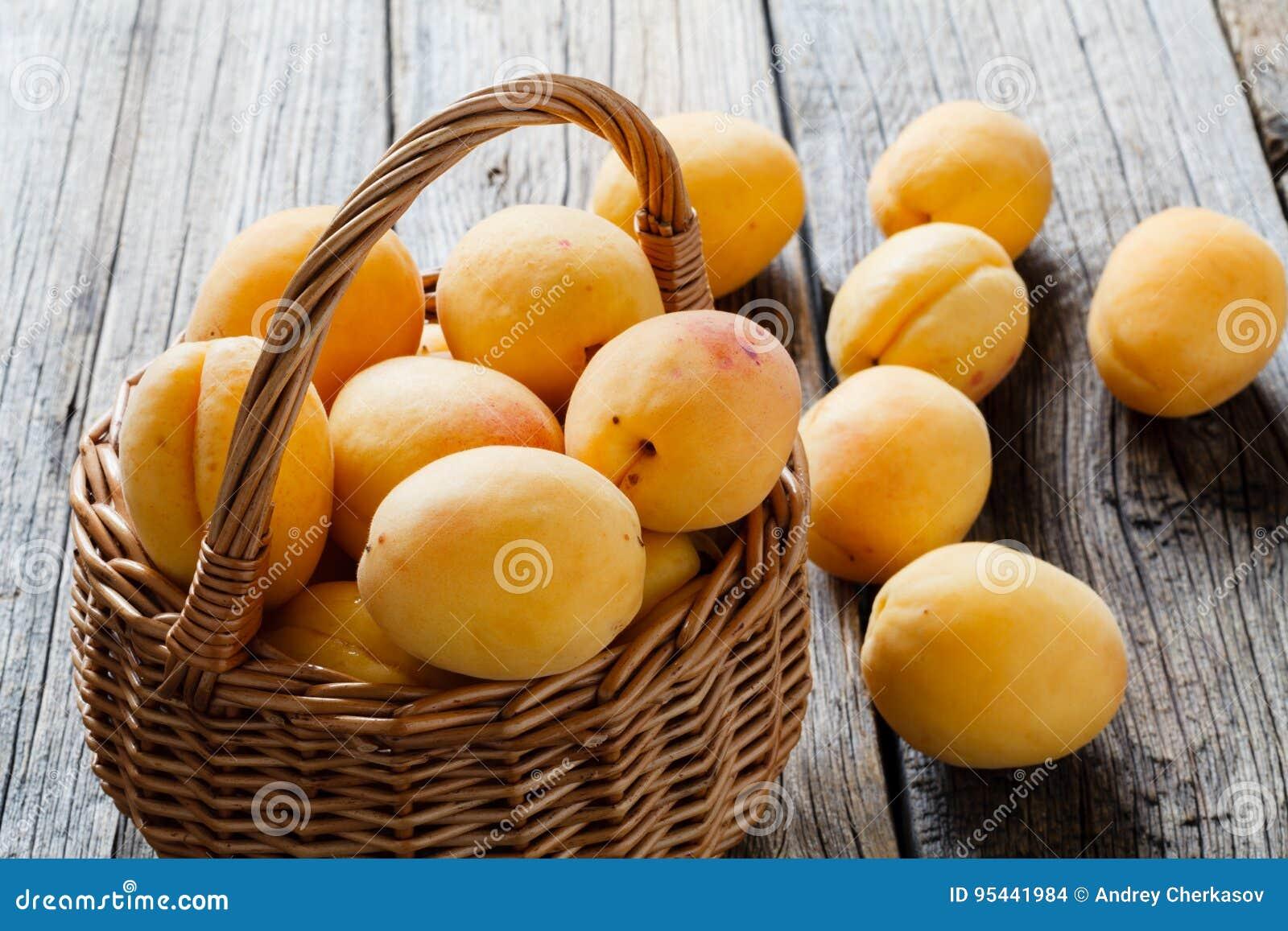 Albaricoques maduros grandes en cesta Fruta jugosa, suave, asemejándose a un sma