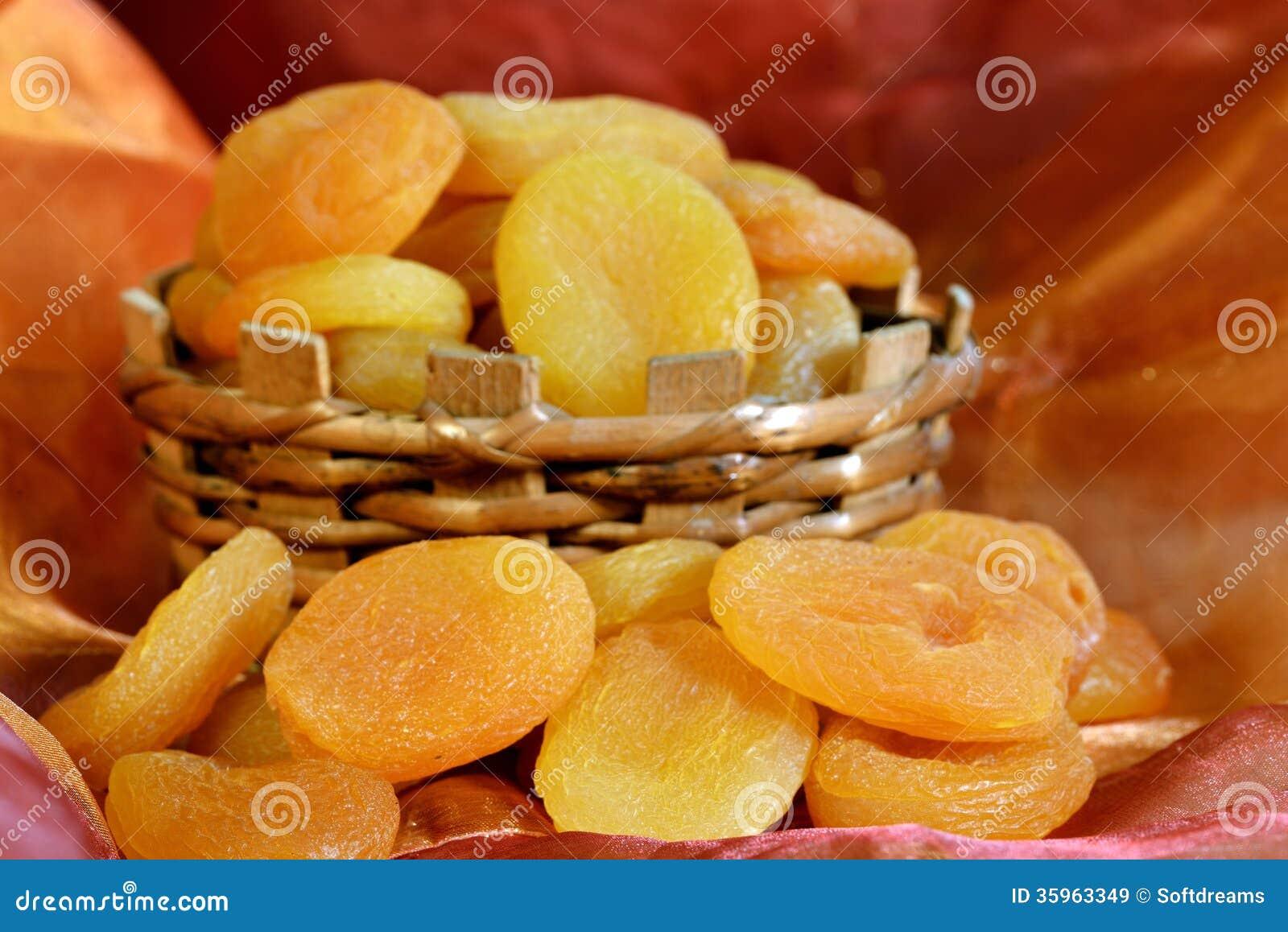 Albaricoques secados en cesta