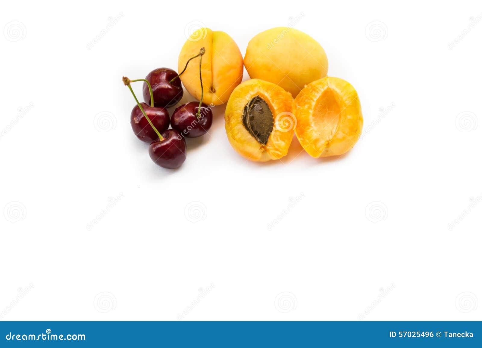 Albaricoques y cerezas dulces