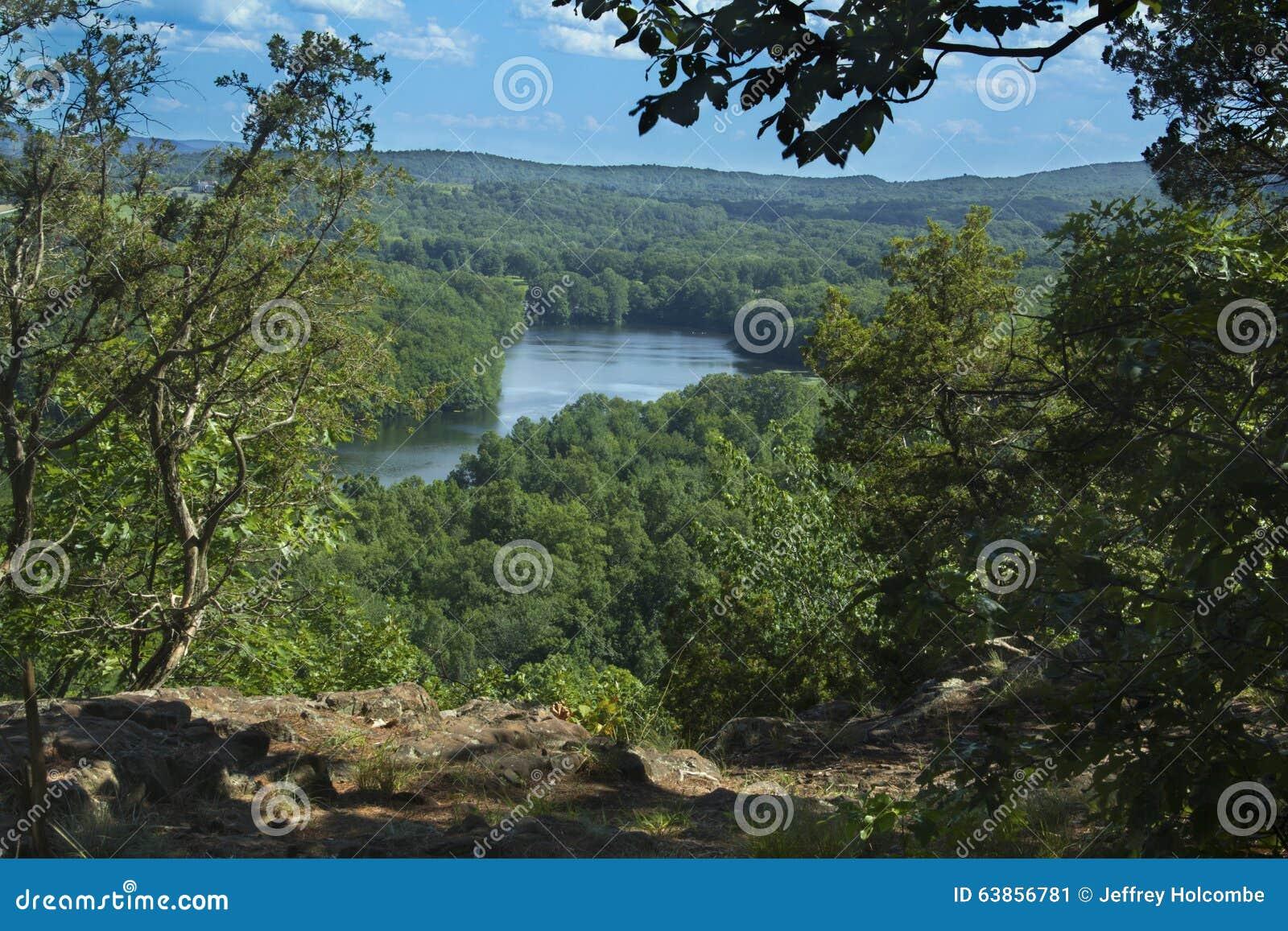 Alberi che incorniciano Hart Ponds sotto la cresta della montagna stracciata, Connecticut