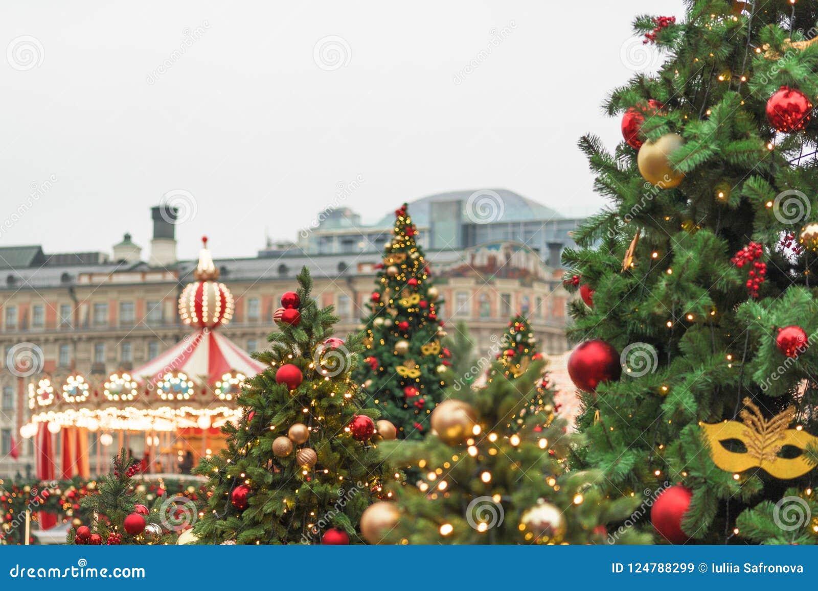 Immagini Alberi Di Natale Decorati.Alberi Di Natale Decorati Con Le Palle Ed I Nastri Contro