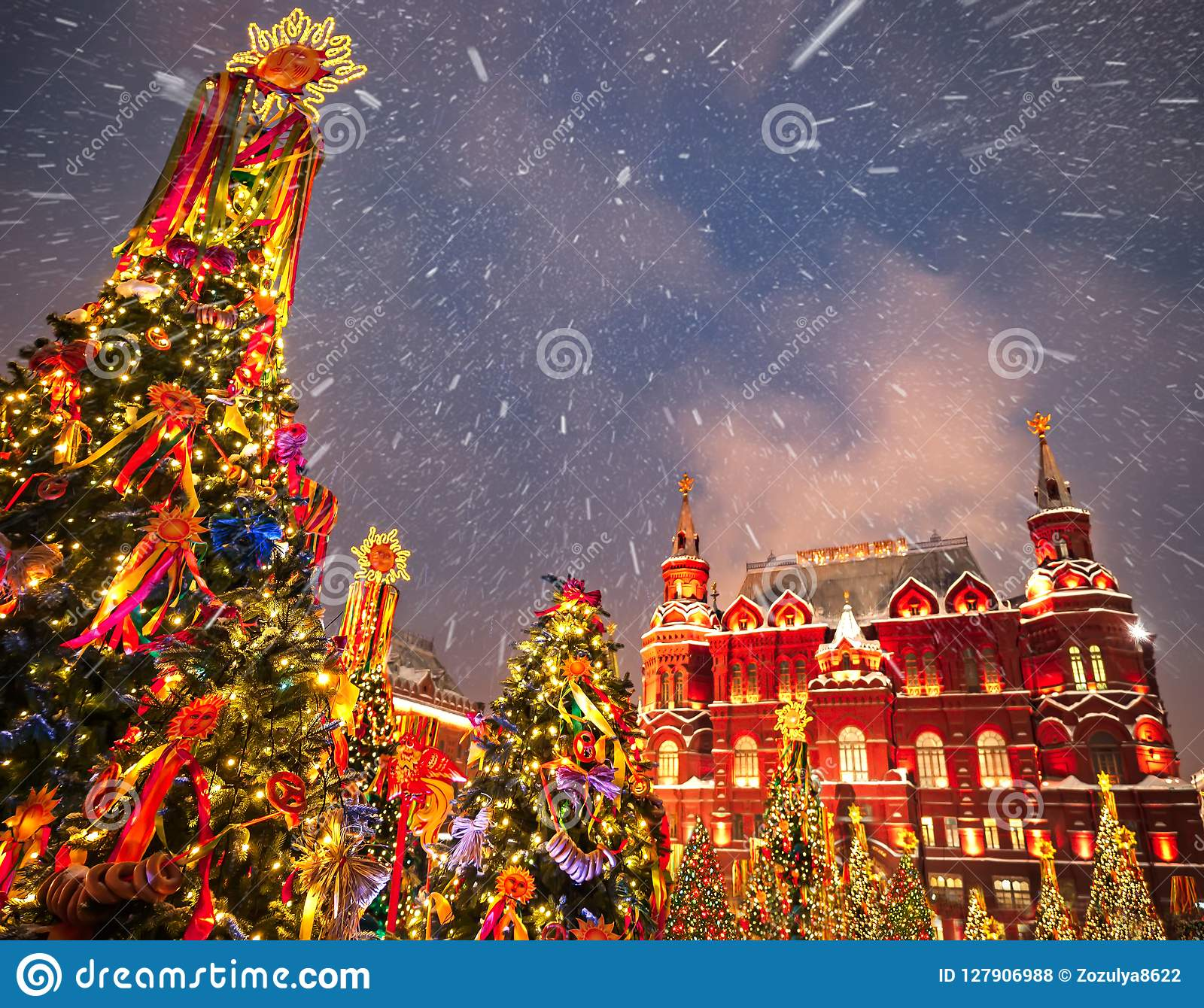 Immagini Di Alberi Di Natale Decorati.Alberi Di Natale Decorati In Onore Della Settimana Di