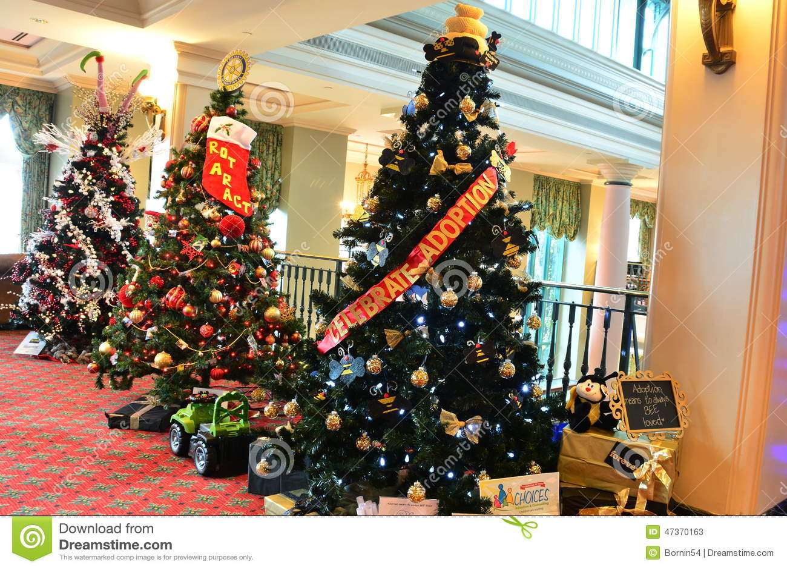 Alberi Di Natale Decorati Foto.Alberi Di Natale Decorati Su Esposizione Fotografia Stock