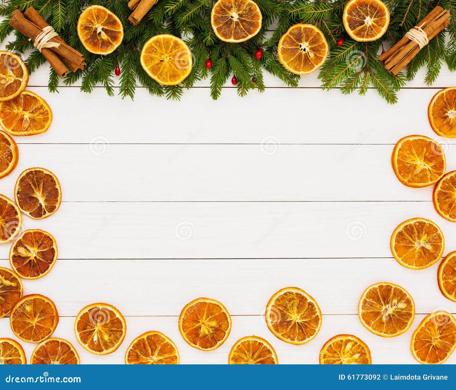Albero di abete di natale arance secche su fondo di legno - Arance secche decorazione ...