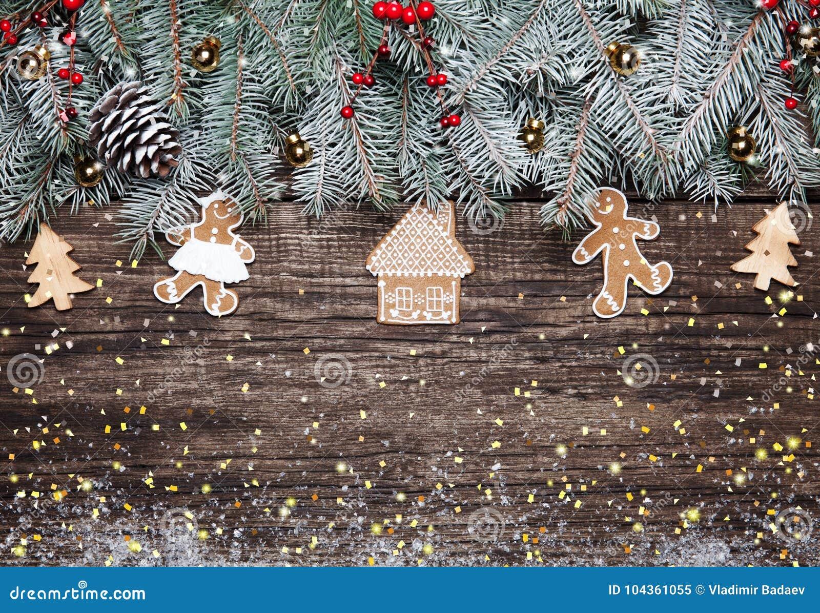 Decorazioni In Legno Per Albero Di Natale : Albero di abete di natale con la decorazione su fondo di legno scuro
