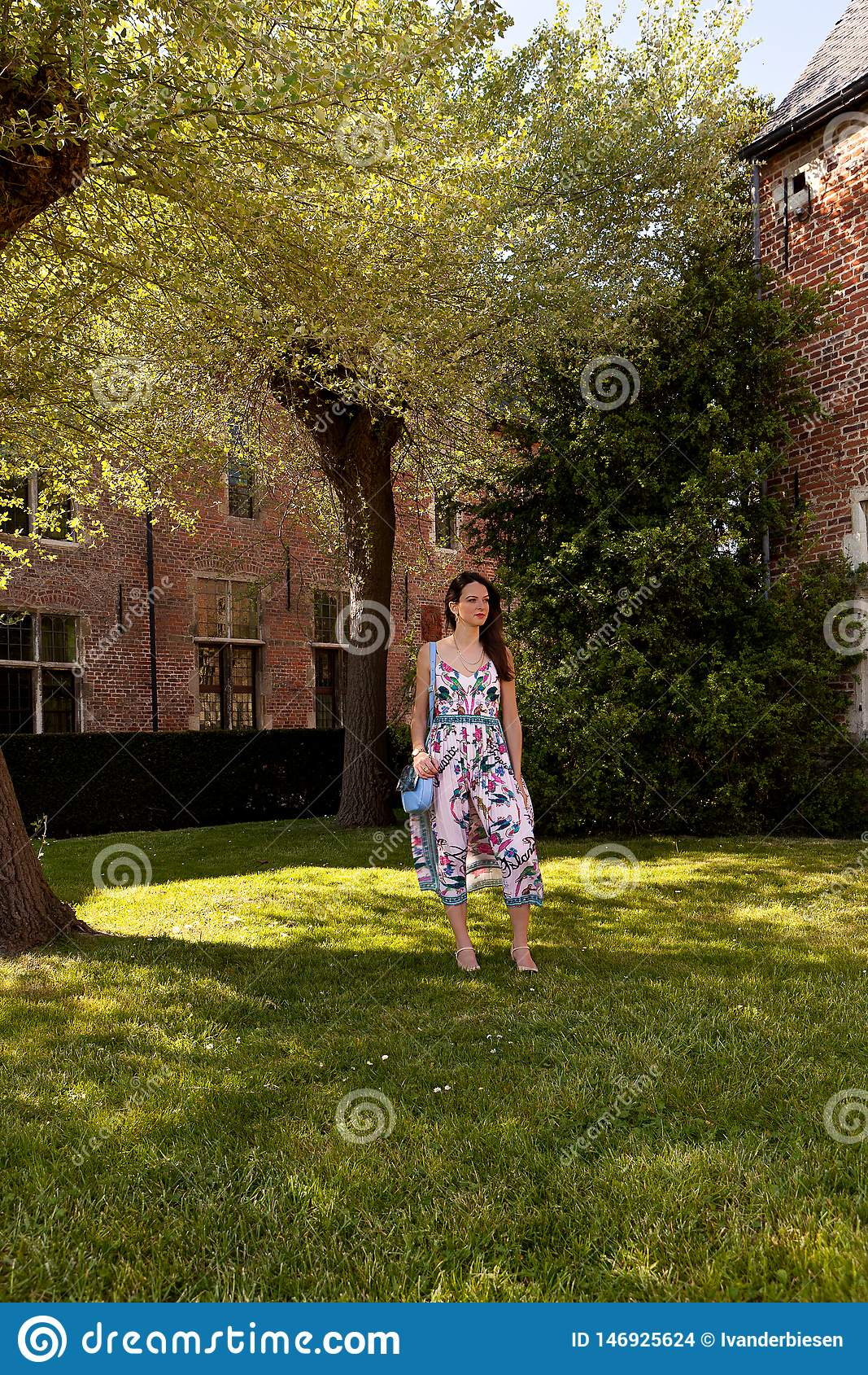 Albero di erba stante della donna rilassata, Groot Begijnhof, Lovanio, Belgio