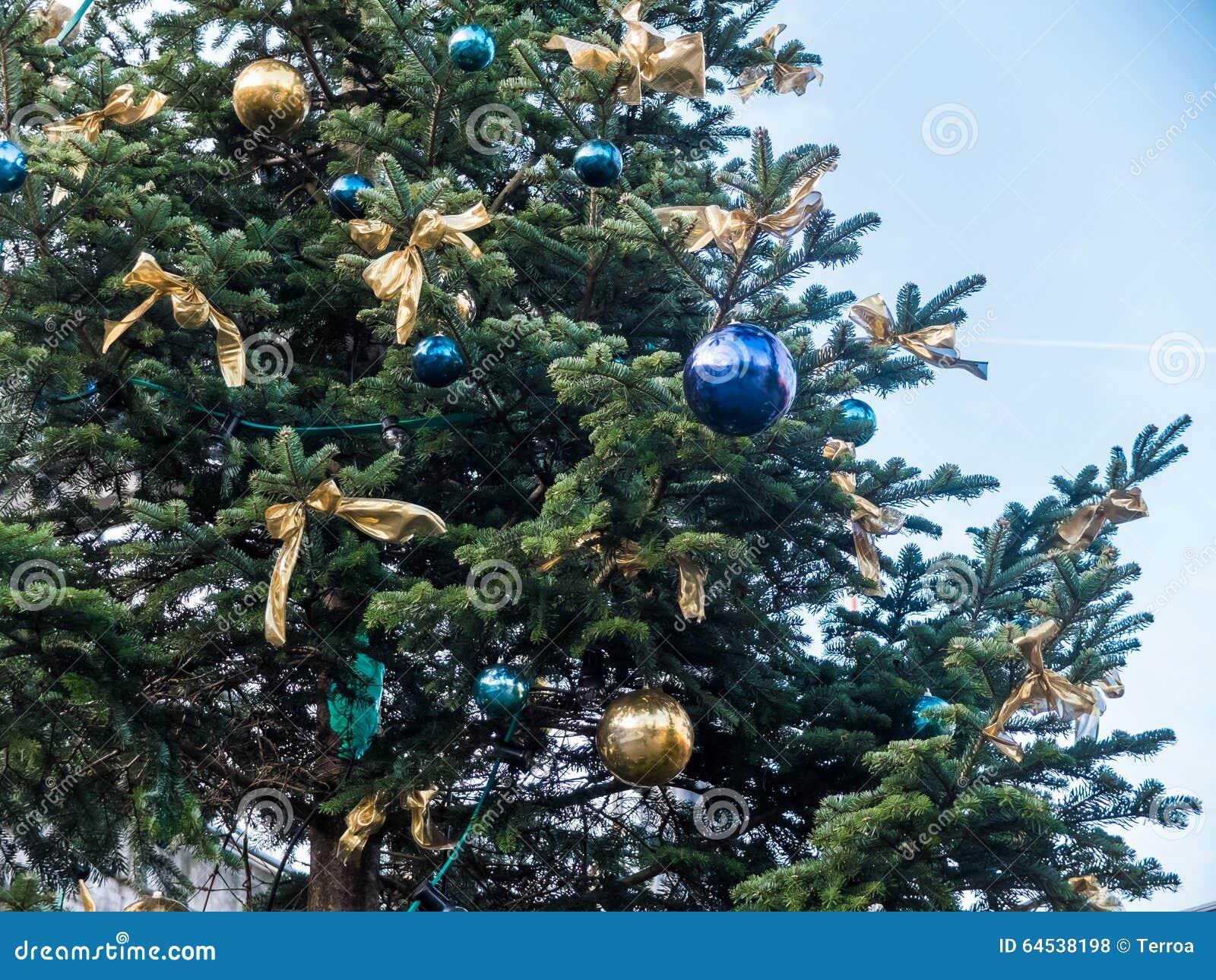 Albero Di Natale Con Decorazioni Blu : Albero di natale oro e blu campobassopellicce