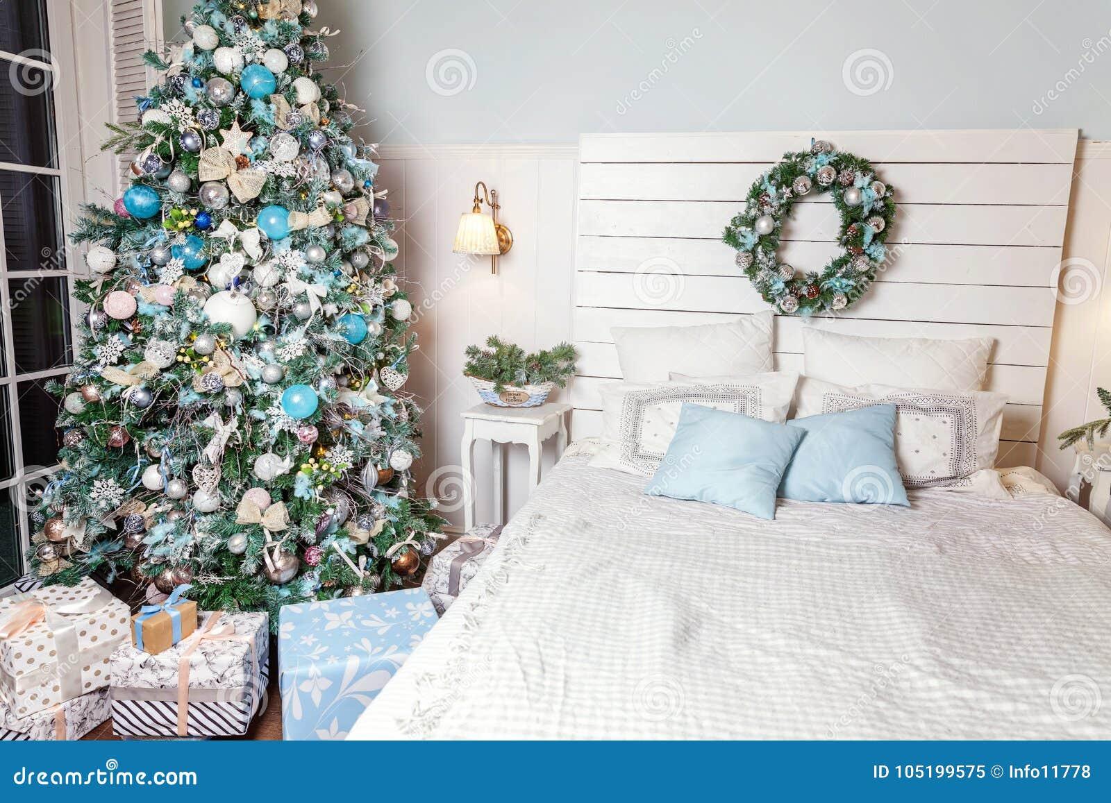 Albero Di Natale Con Decorazioni Blu : Albero di natale con le decorazioni bianche blu e dargento