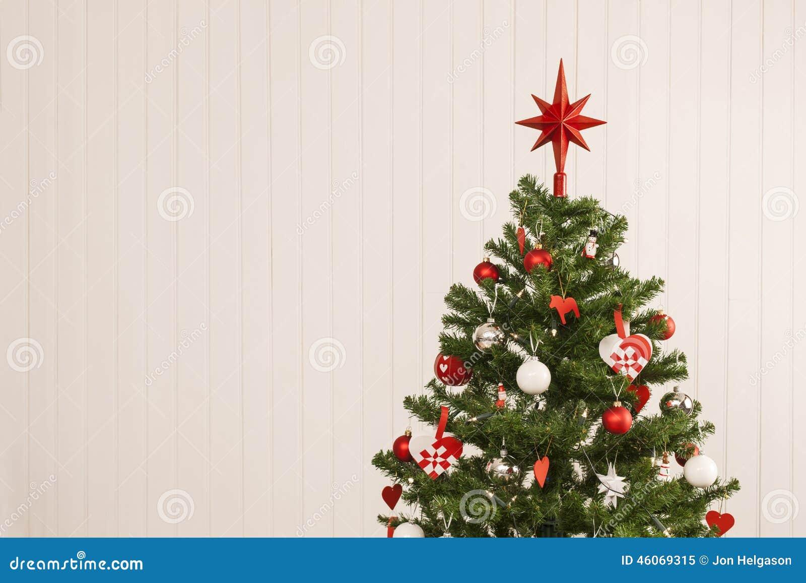 Alberi Di Natale In Legno Da Appendere : Albero di natale contro una parete di legno immagine stock