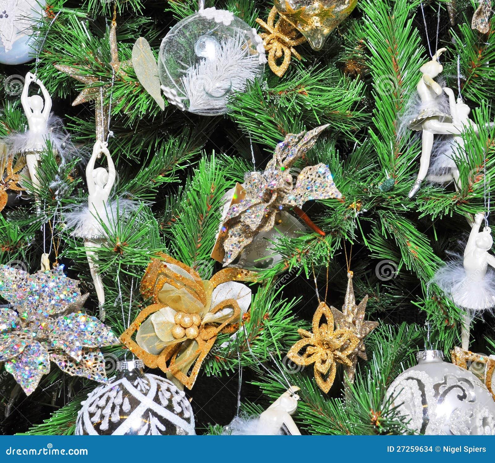 Alberi di natale decorati bianchi