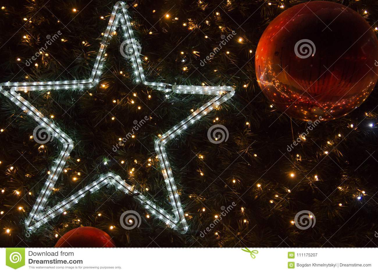 Stella Albero Di Natale Luminosa.Albero Di Natale Decorato Con Una Stella Luminosa Le Luci Brillanti
