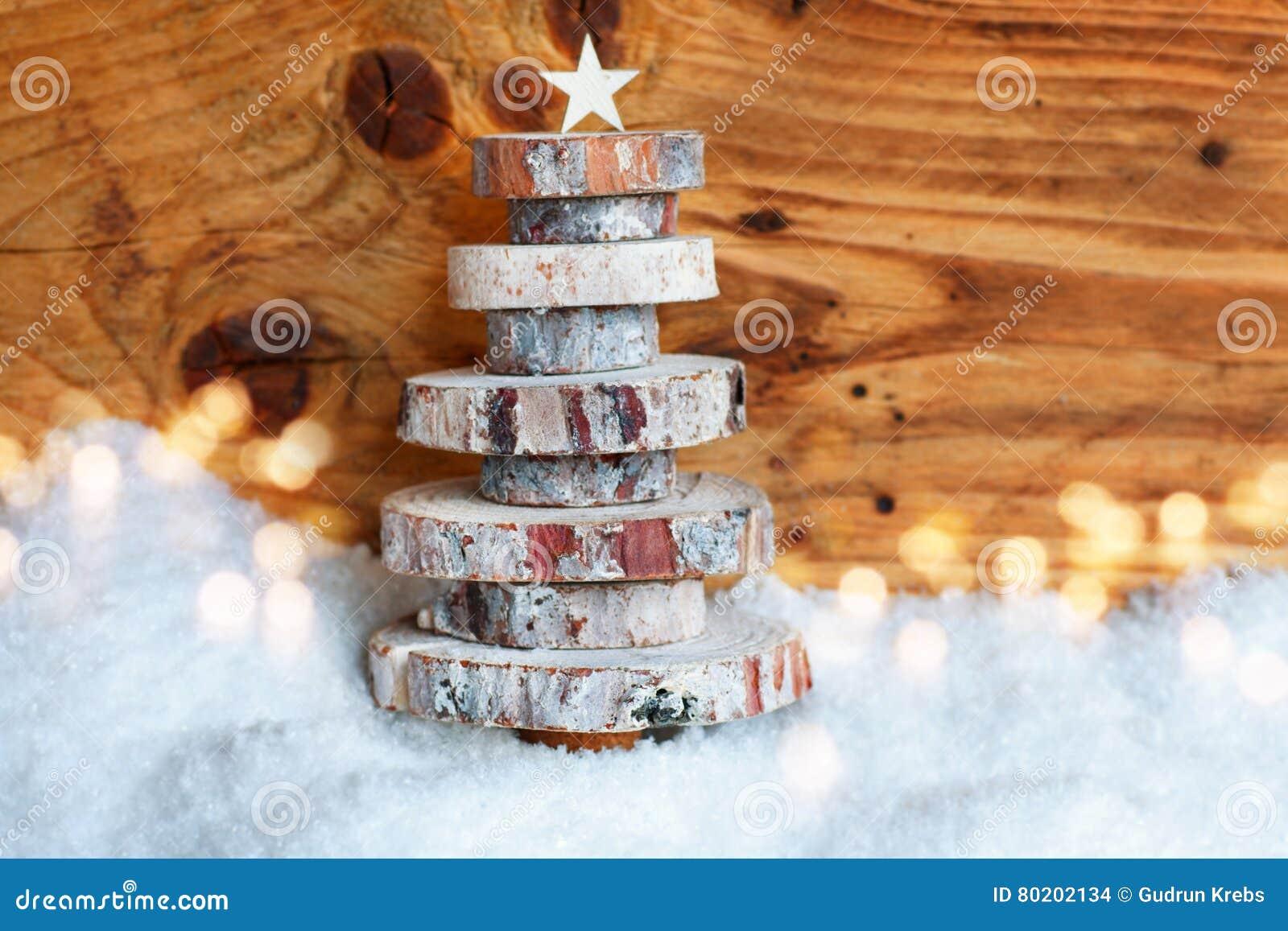 Albero di natale di legno nella neve fotografia stock for Albero di natale di legno