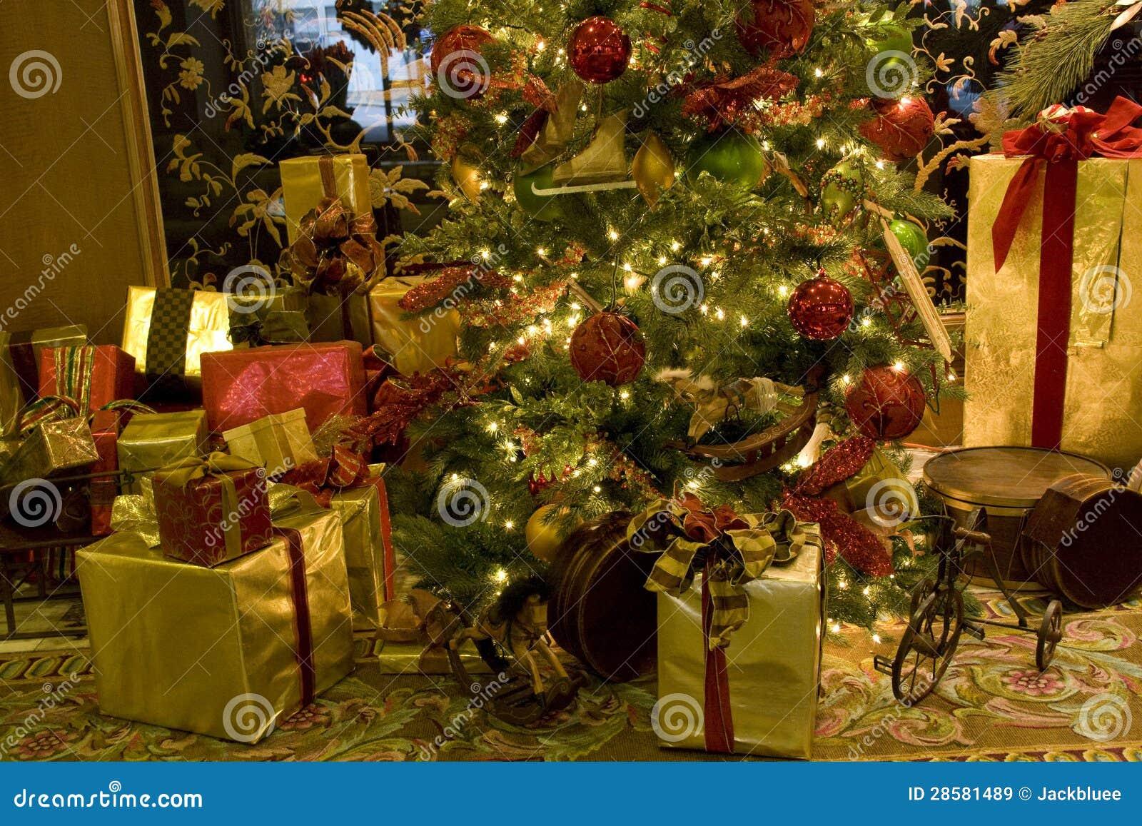 Immagini Natalizie Libere.Albero Di Natale Di Lusso Degli Interni Immagine Stock Immagine Di Regali Luce 28581489