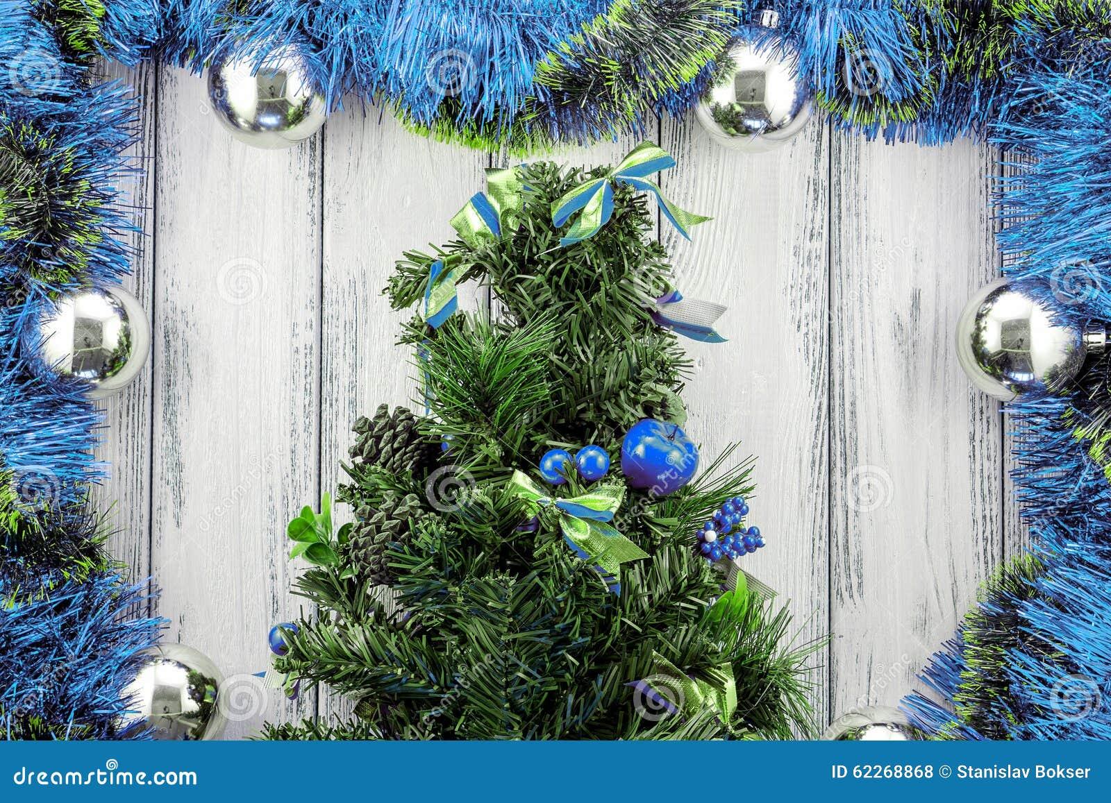 Albero Di Natale Con Decorazioni Blu : Albero di natale di tema del nuovo anno con la decorazione blu e